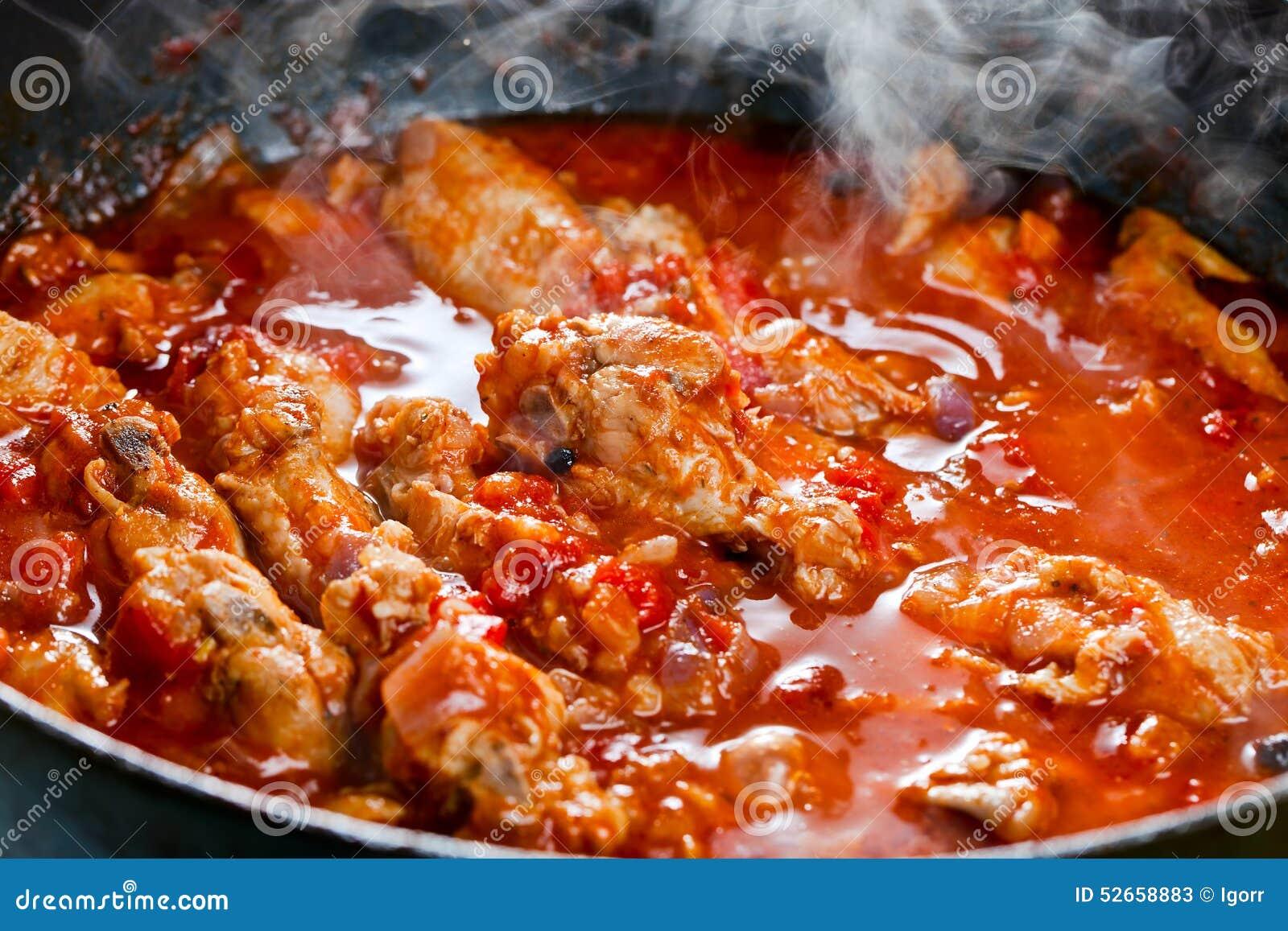 Куриное мясо в томатном соусе на сковороде рецепт