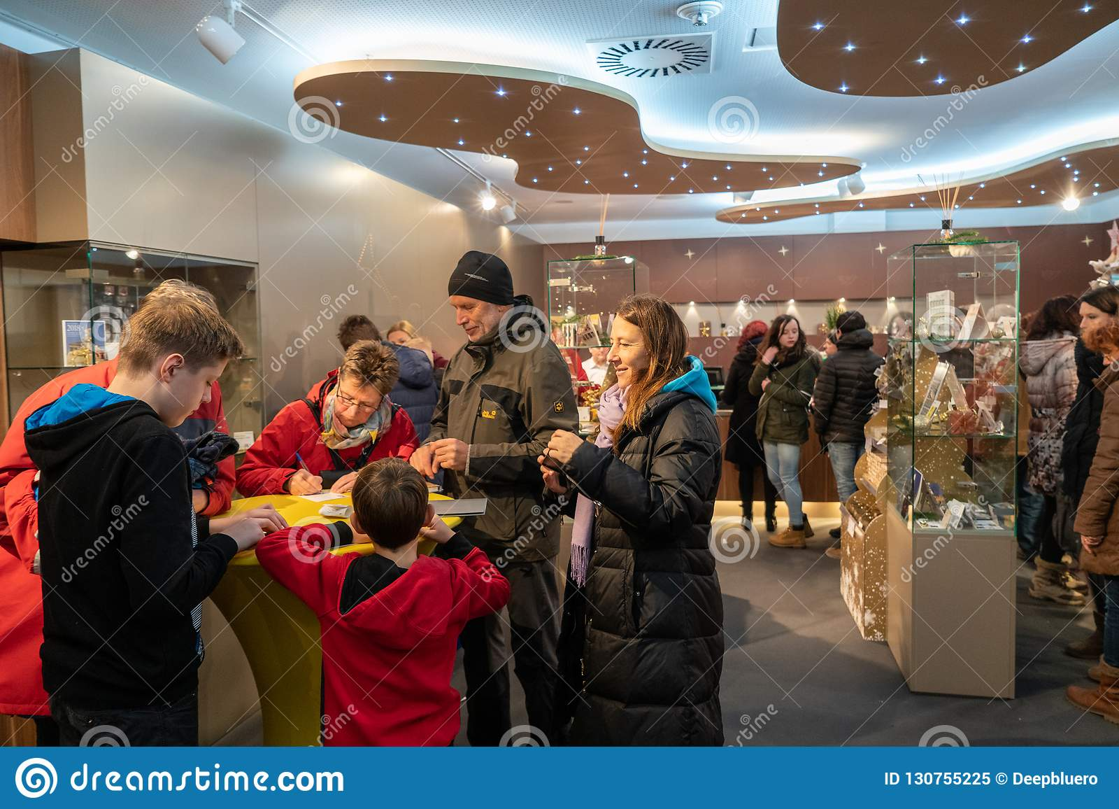 Steyr, Αυστρία - το Δεκέμβριο του 2017: Άνθρωποι μέσα στο Christkindl Po