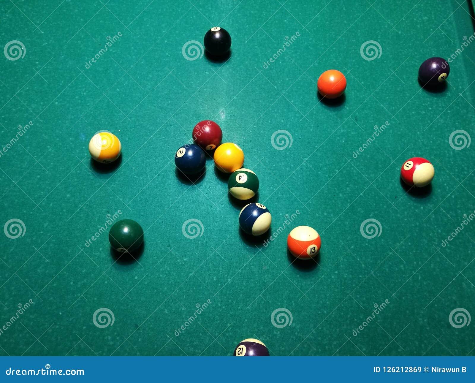 Stichwortzielbillard-Snookerpyramide auf grüner Tabelle Ein Satz Snooker/Poolbälle auf Billardtabelle
