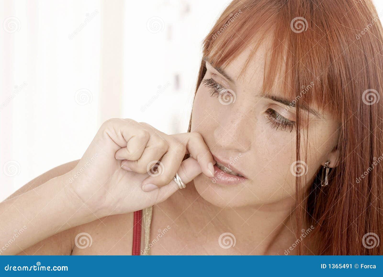Sticka sätta fransar på henne spikar kvinnan