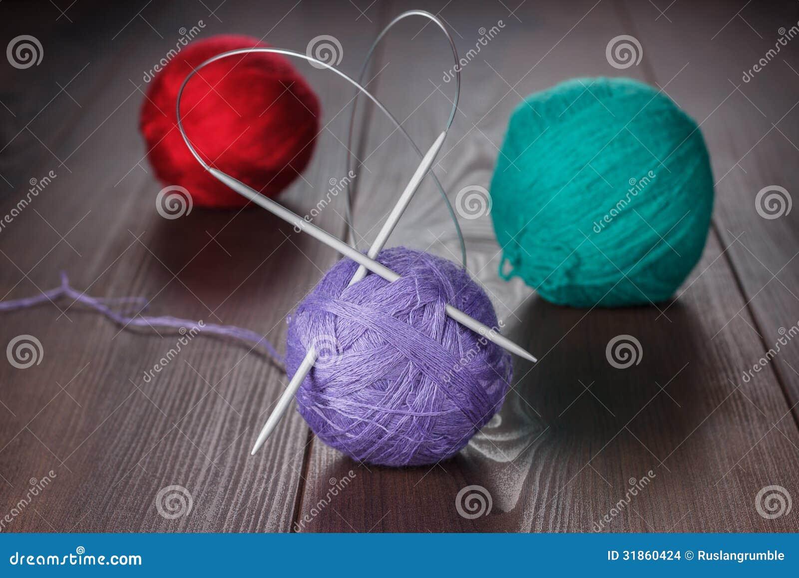 Stickor och bollar av trådar