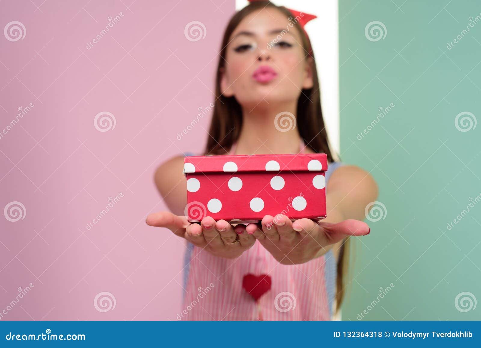 Stift herauf Frau mit modischem Make-up Retro- Frau auf berthday Partei Pinupmädchen mit dem Modehaar hübsches Mädchen in der Wei