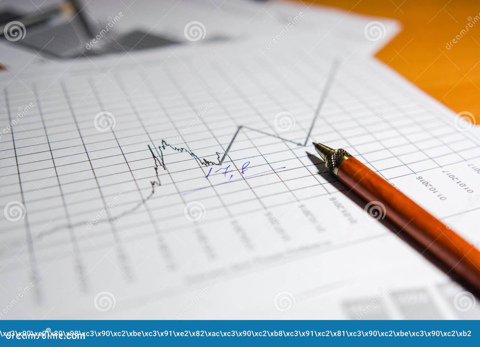 Stift und Taschenrechner auf dem Tisch