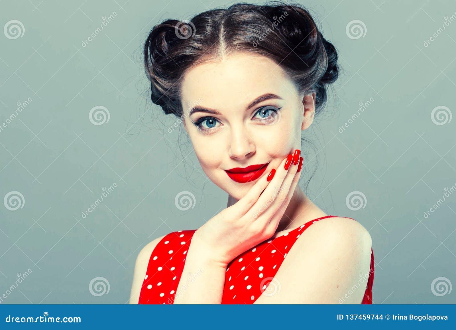 Stift upp kvinnaståenden Härlig retro kvinnlig i prickklänning med röda kanter