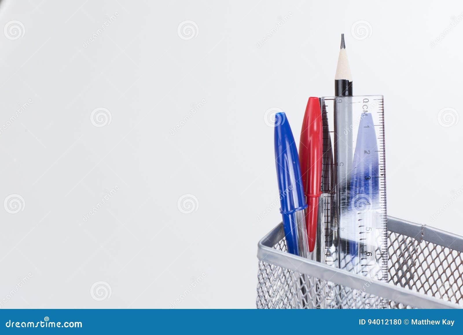 Stifte Und Bleistifte In Einem Maschendrahtschreibtisch Ordnen ...