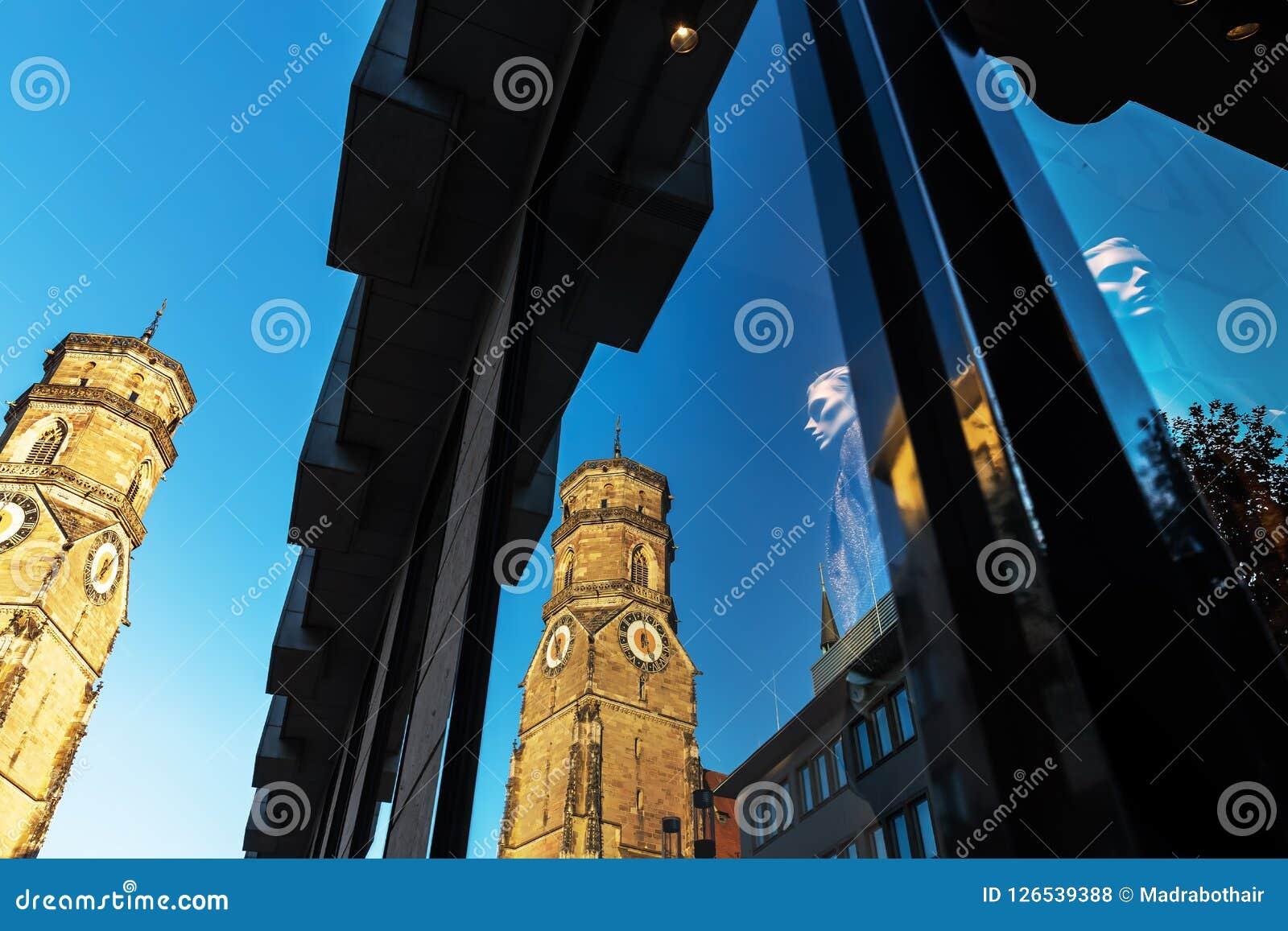 Stiftskirche w Stuttgart, Niemcy, odbija w sklepowym okno