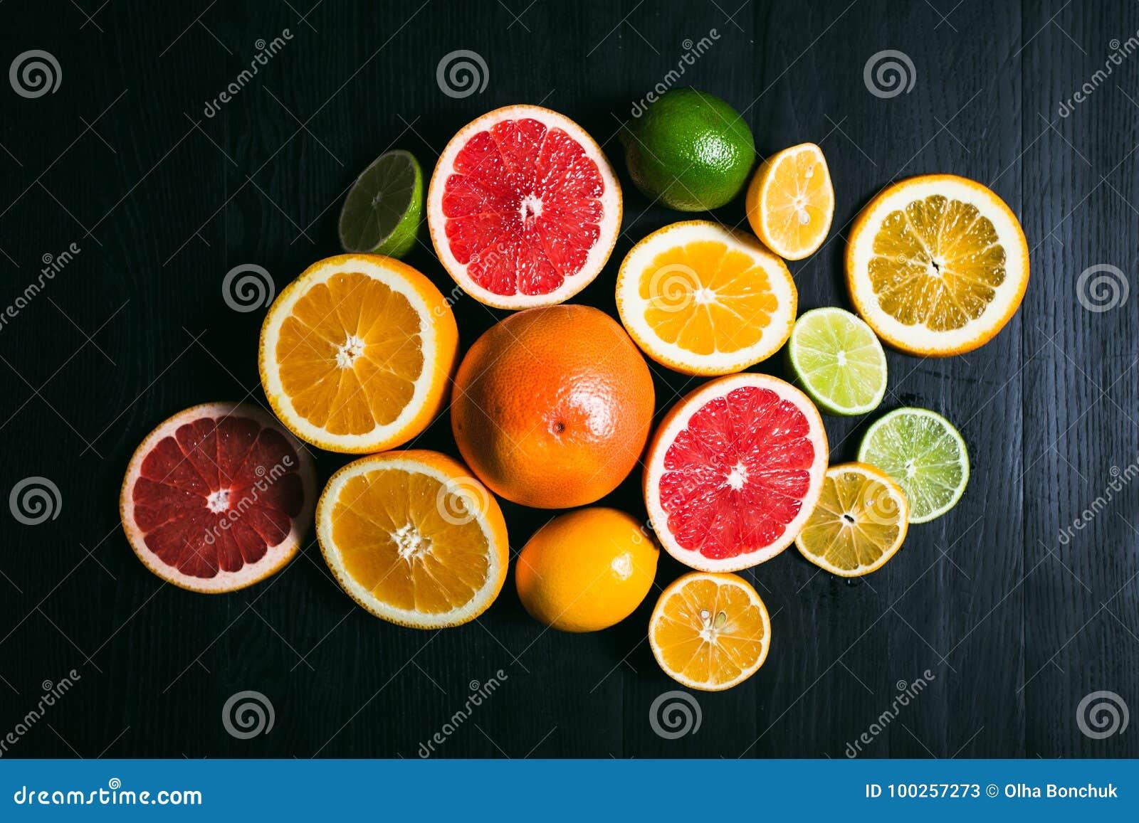 Stihli frais d agrume Citrons, chaux, pamplemousse et orange sur un fond noir