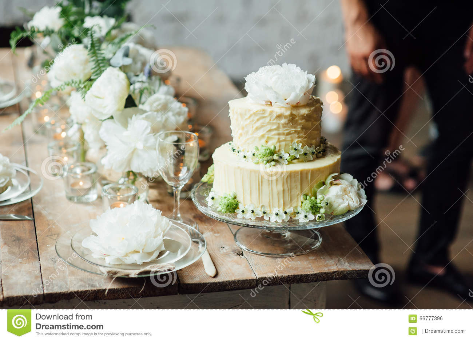 Stijl van de huwelijks de cake verfraaide zolder met een lijst en toebehoren