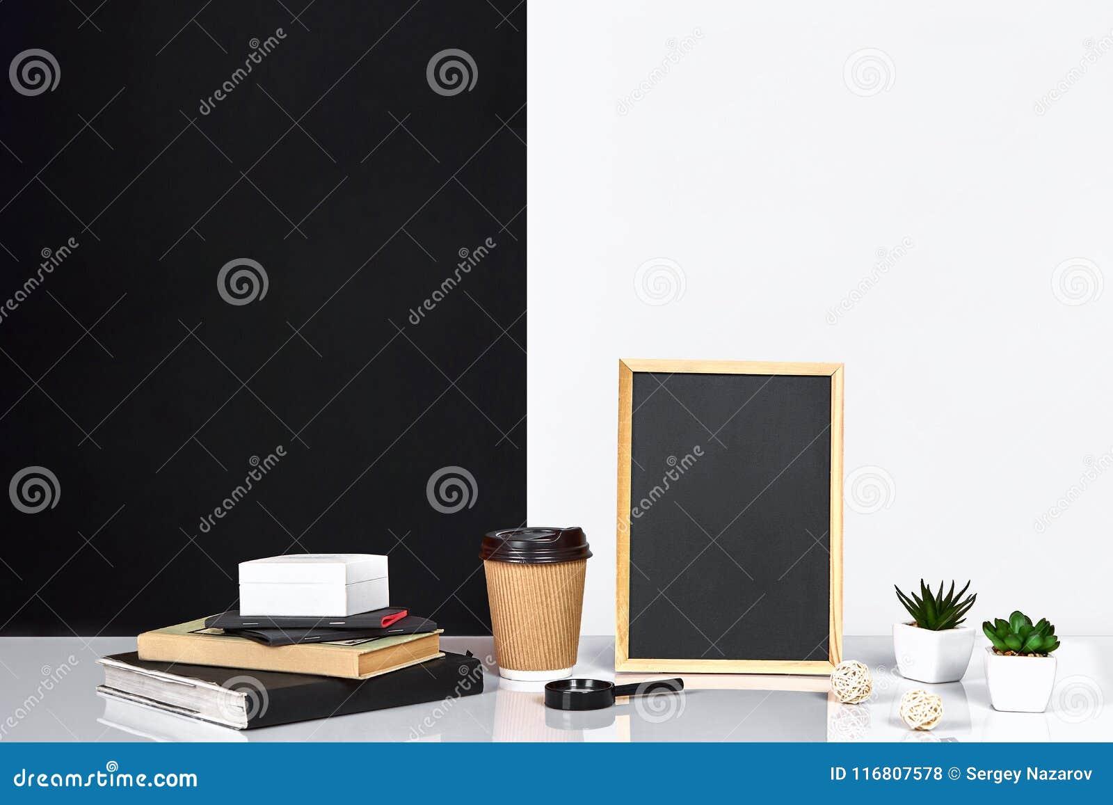 Stile americano o scandinavo con i libri, succulente della decorazione interna della stanza nel vaso Manifesto con il posto per t