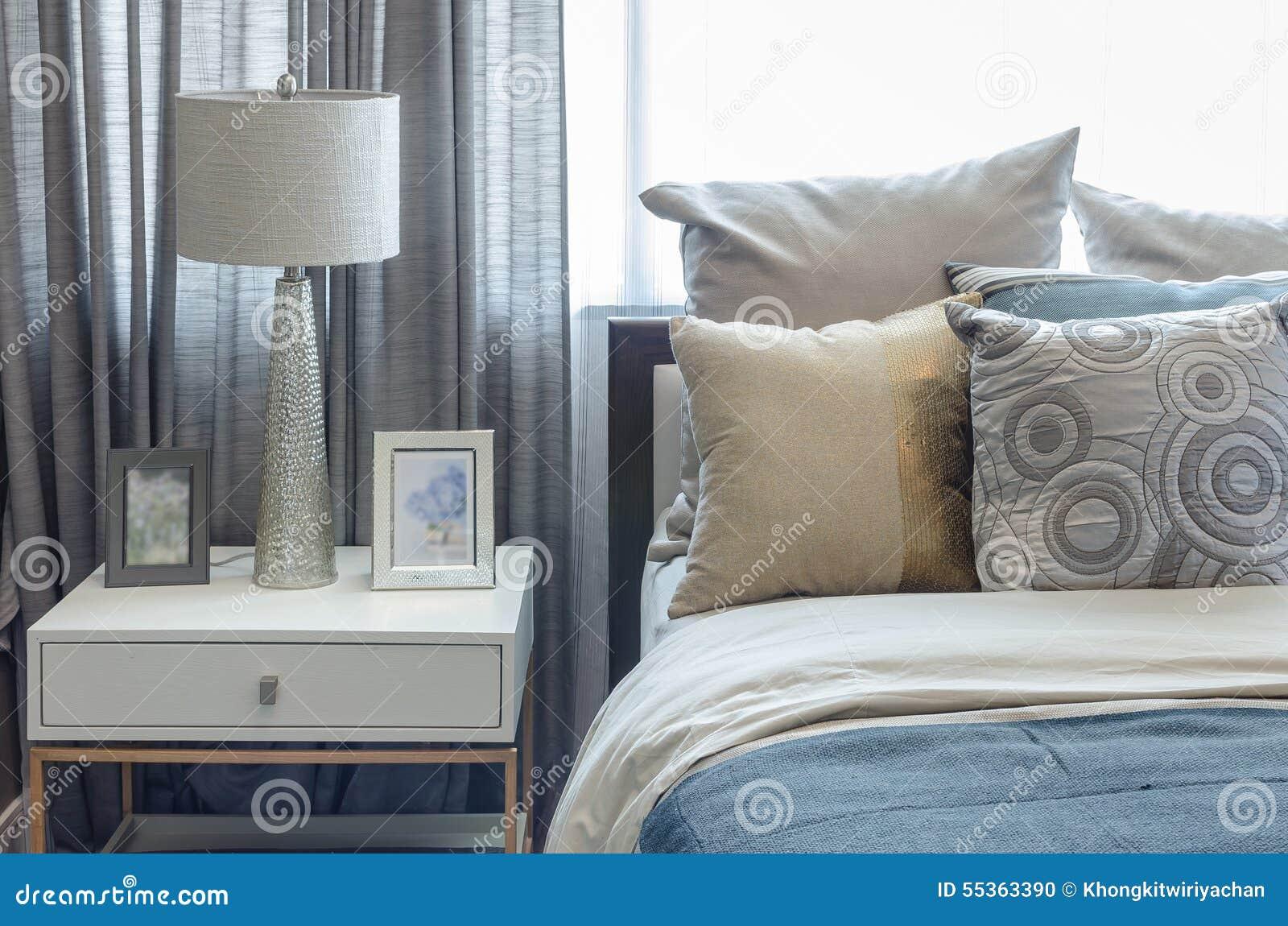 Stile classico della lampada sulla tavola bianca in camera da letto