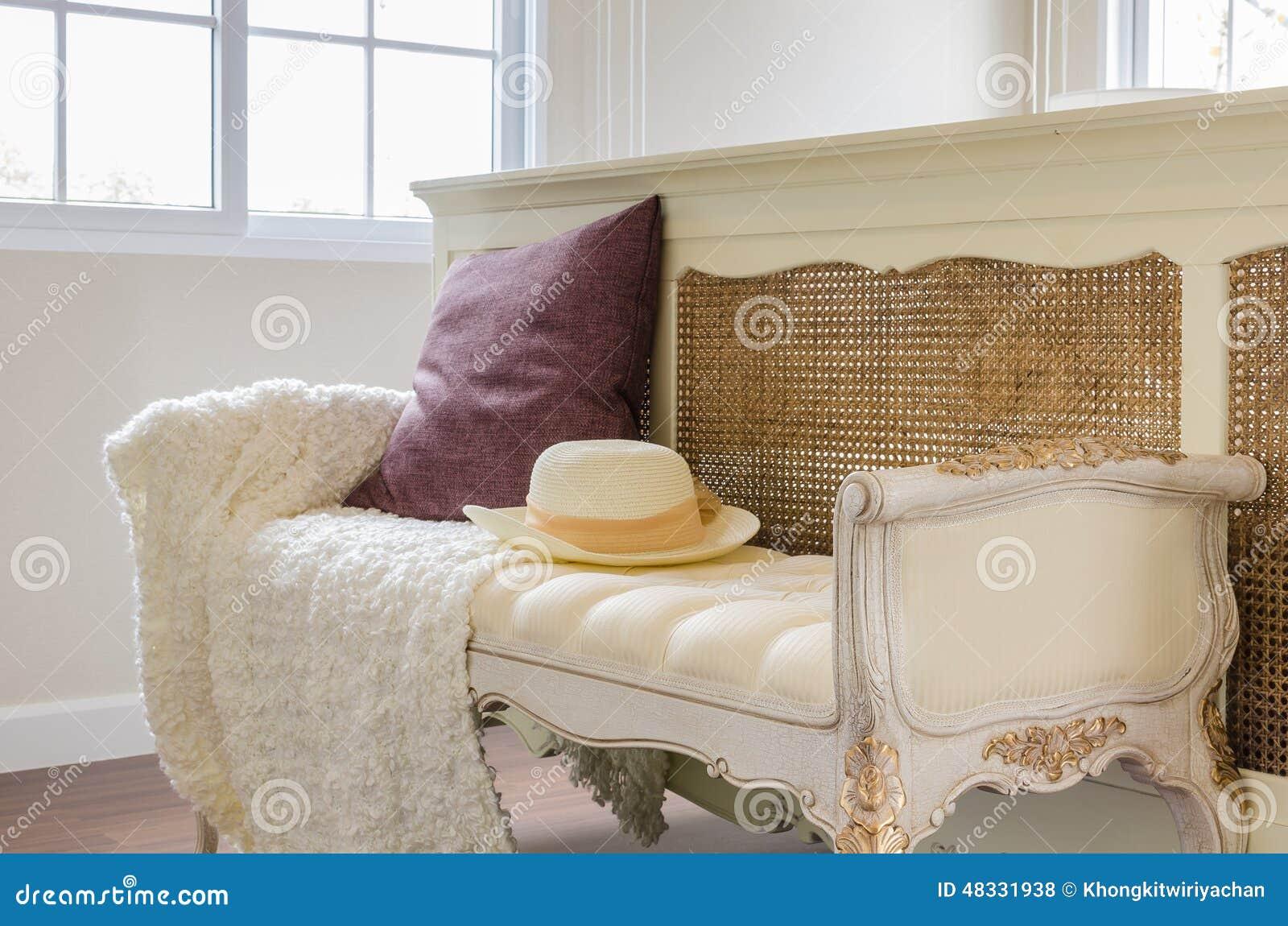 Stile classico della sedia con il cuscino in camera da - Sedia camera da letto ...