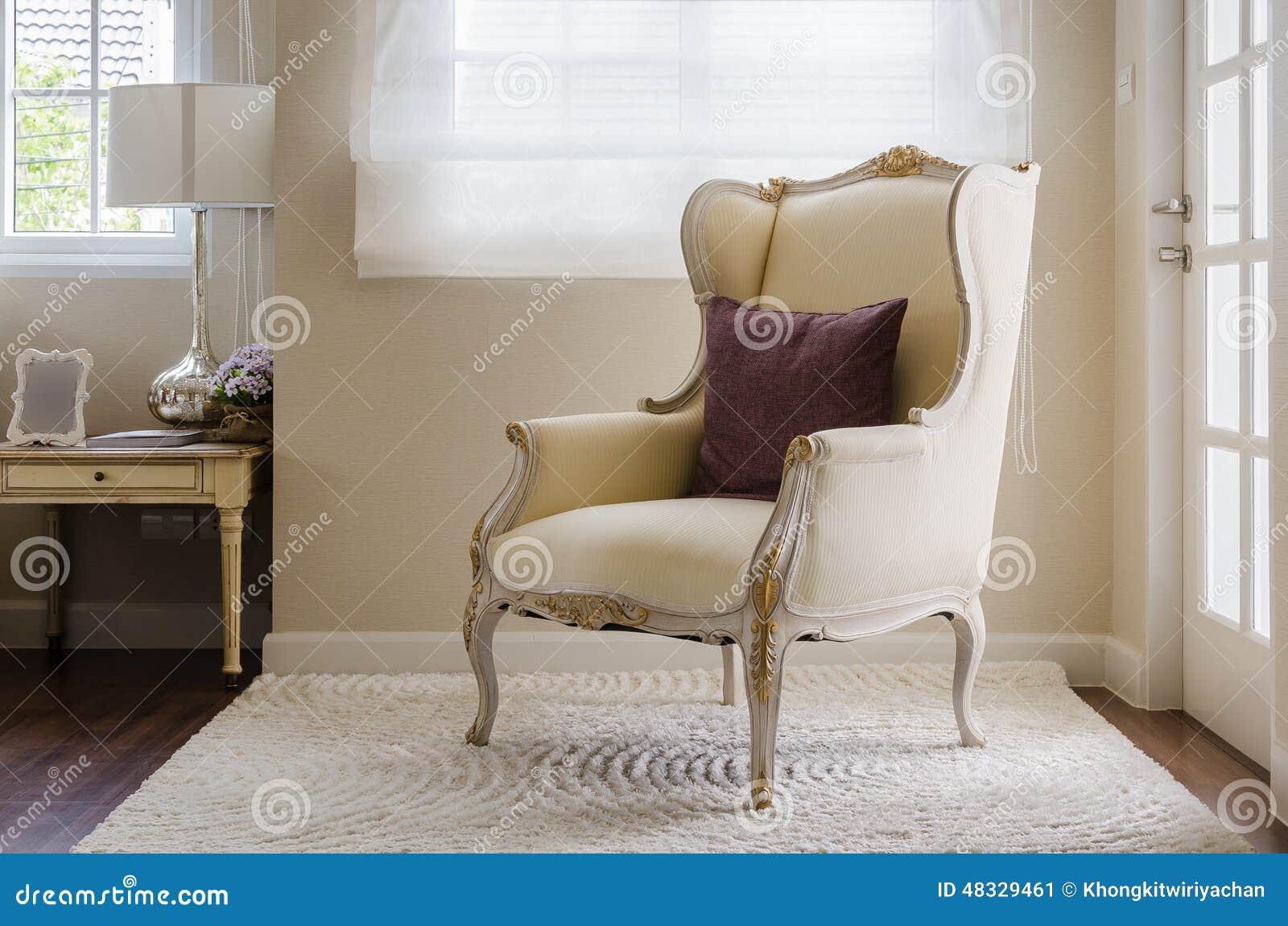Stile classico della sedia su tappeto in camera da letto fotografia stock immagine 48329461 - Sedia per camera da letto ...