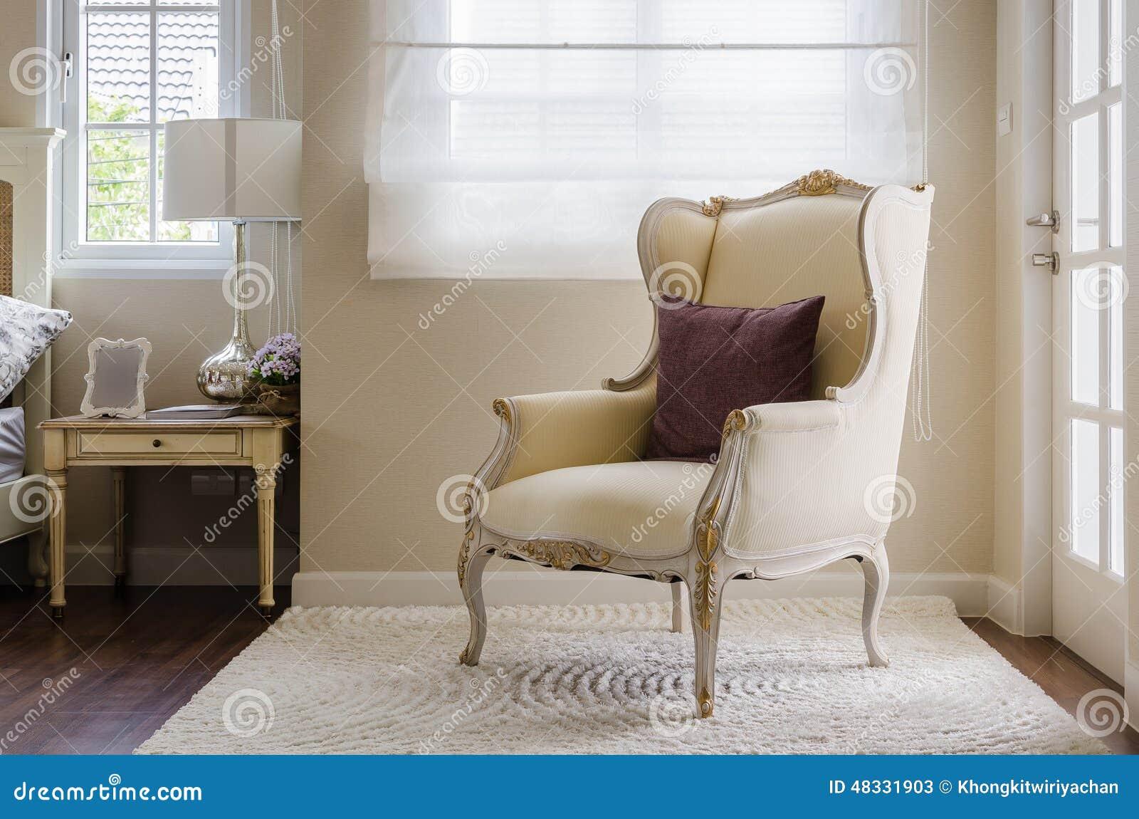 Stile classico della sedia su tappeto in camera da letto immagine stock immagine di classico - Sedia camera da letto ...