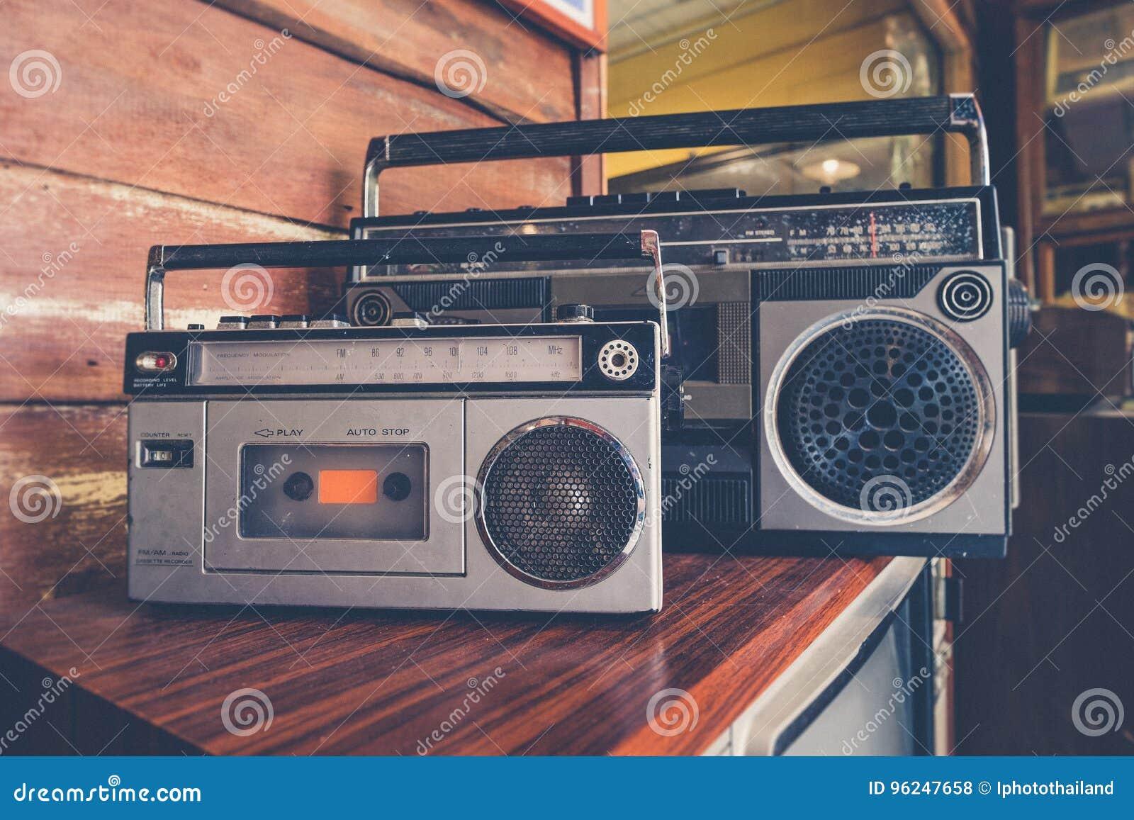 Stile d annata di immagine sul retr radiofonico elettrico antico della cassetta di nastro