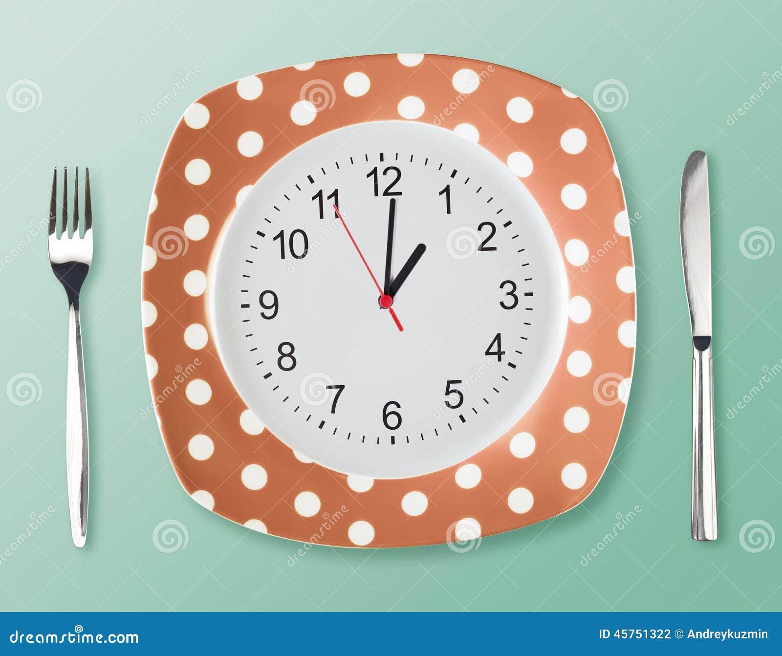 Stile del piatto di cena retro con la forcella del fronte di orologio