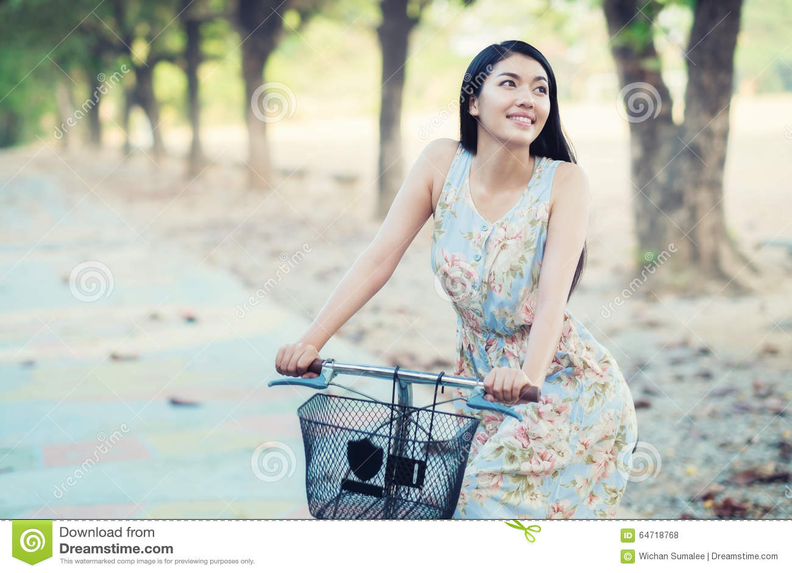 Stile dell annata della bicicletta di guida della donna