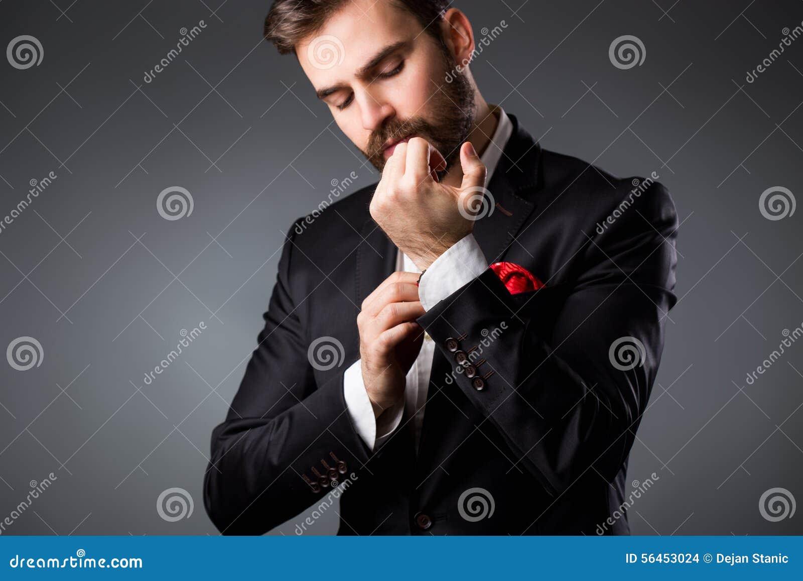 Vestito Elegante Ufficio : Stile dell uomo prepararsi elegante del giovane vestito camicia e