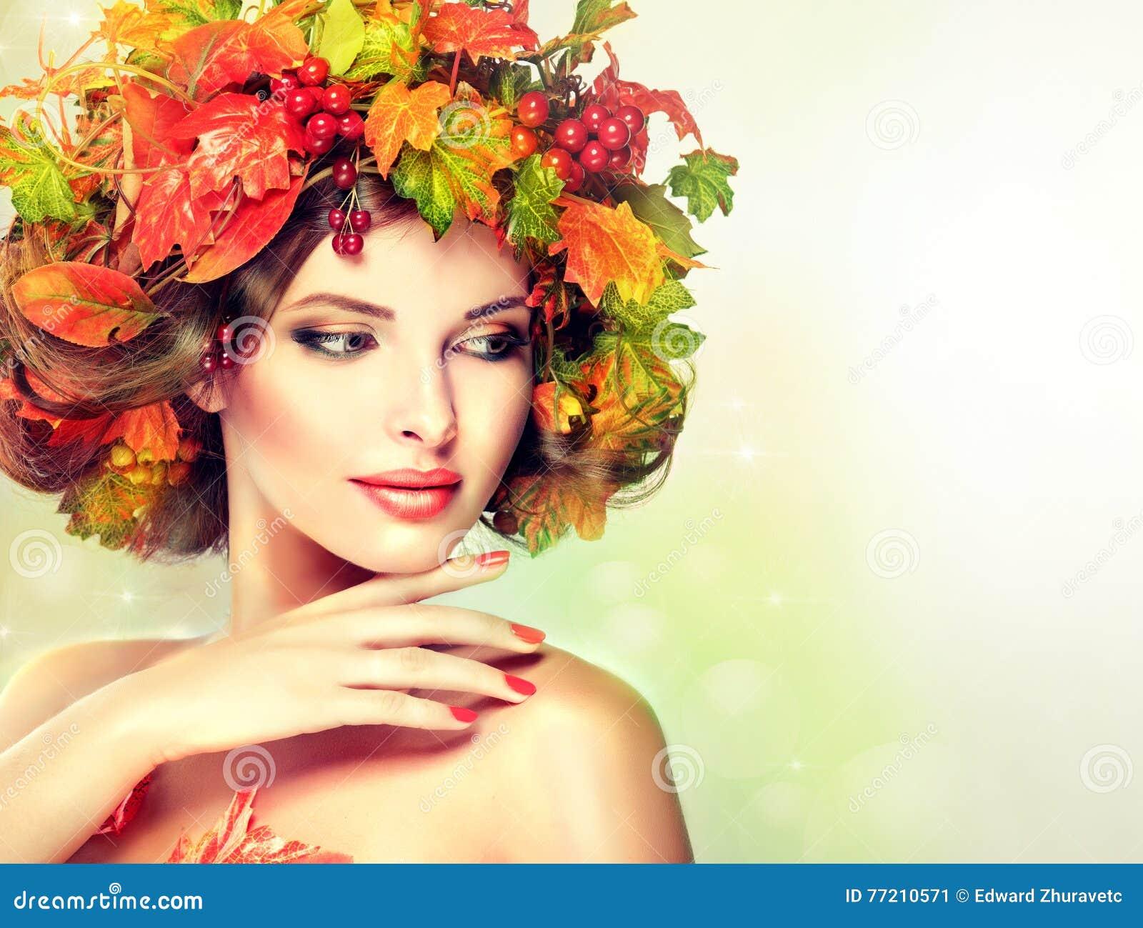 Stile di autunno, trucco luminoso, manicure rosso e rossetto
