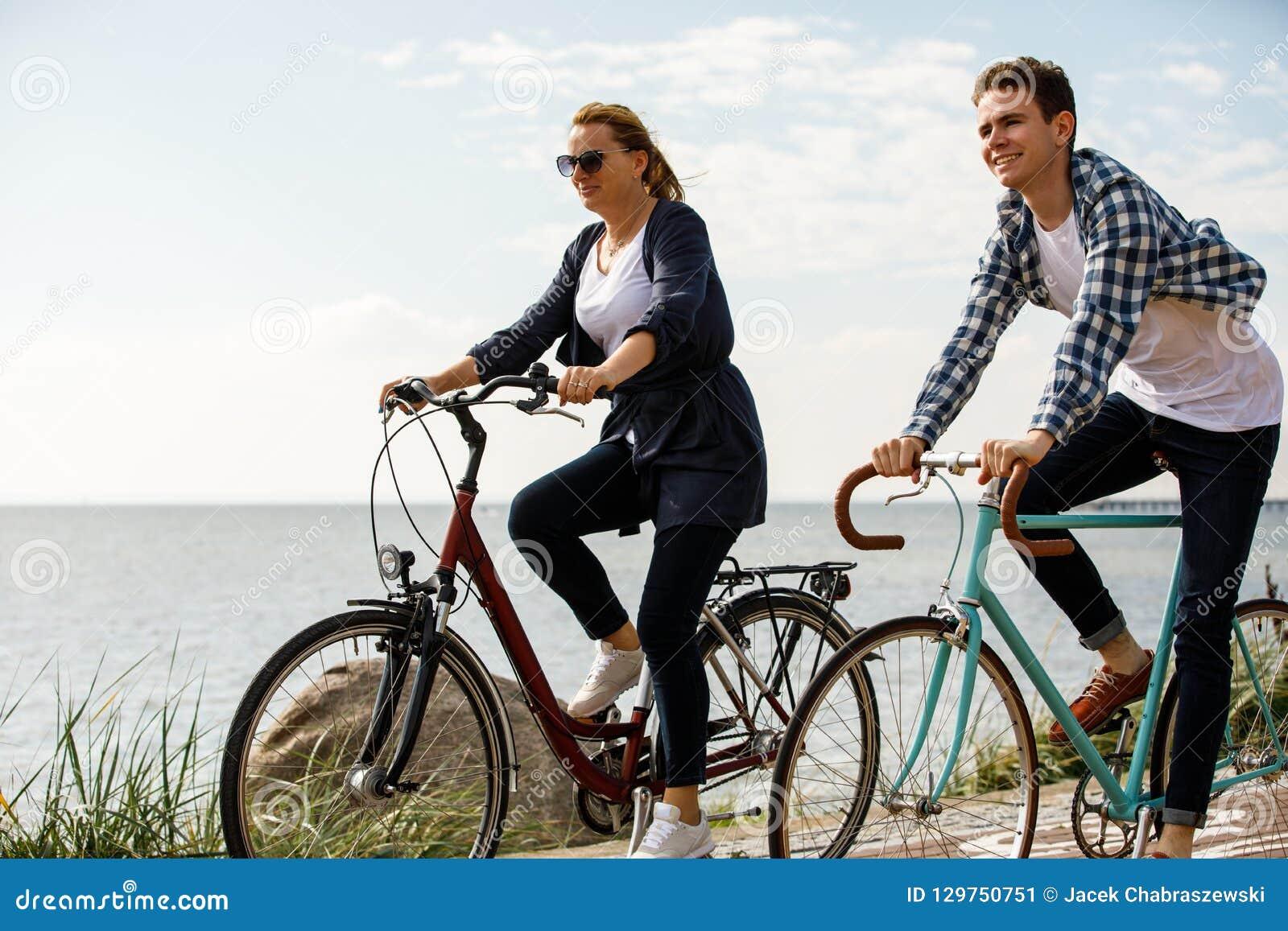 Stile di vita sano - biciclette di guida della gente