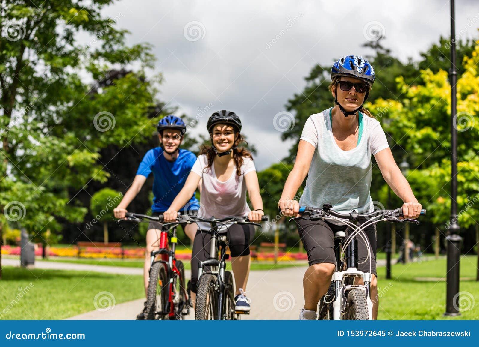 Stile di vita sano - biciclette di guida della gente nel parco della citt?