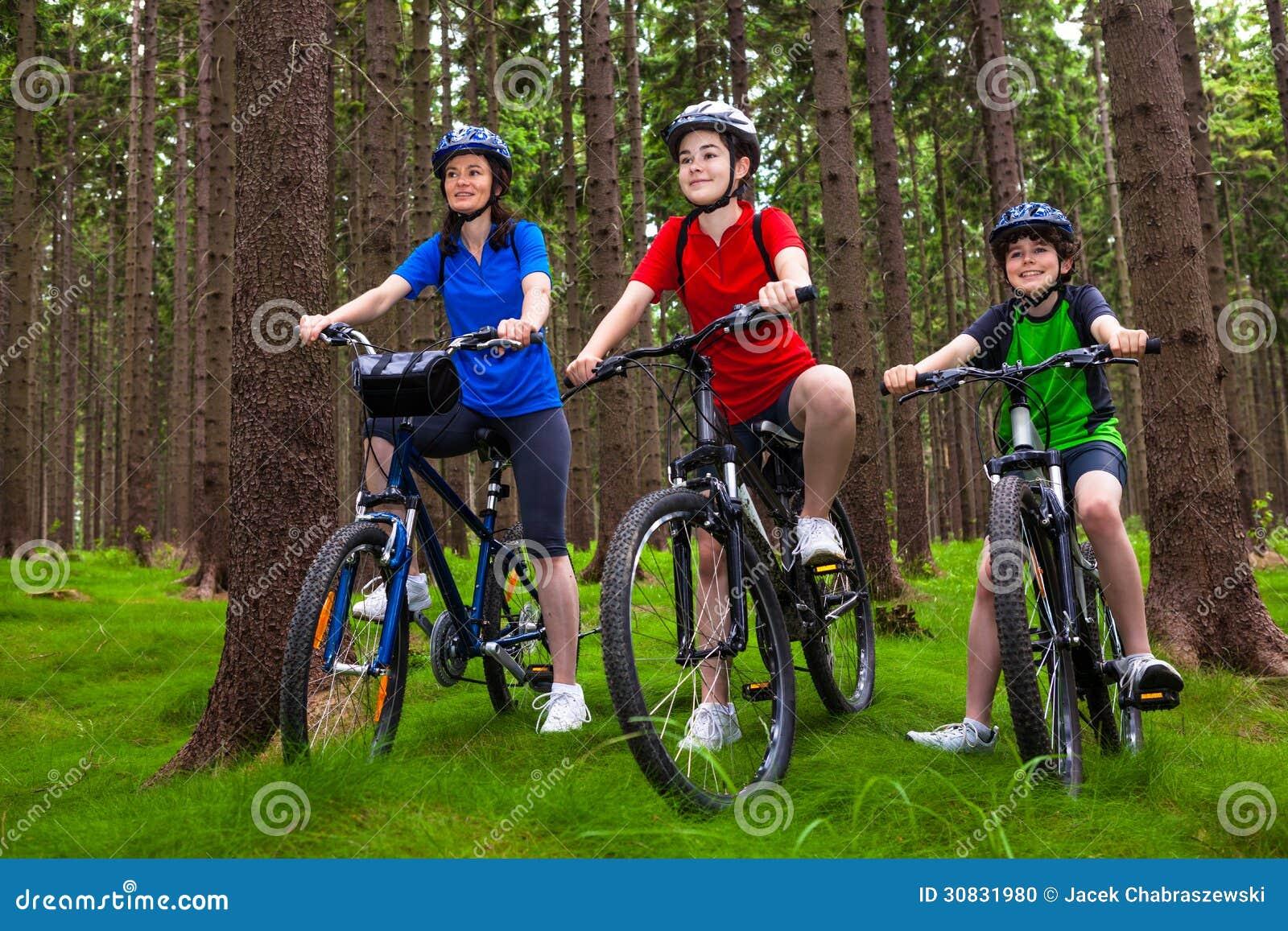 Stile di vita sano - ciclismo della famiglia