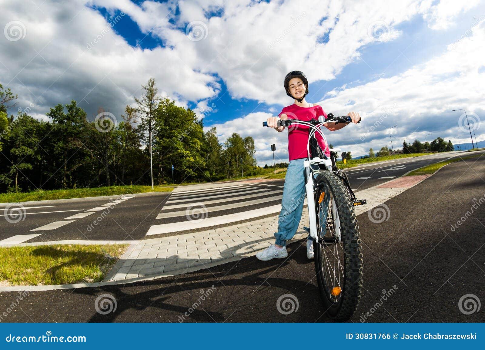 Stile di vita sano - ciclismo della ragazza