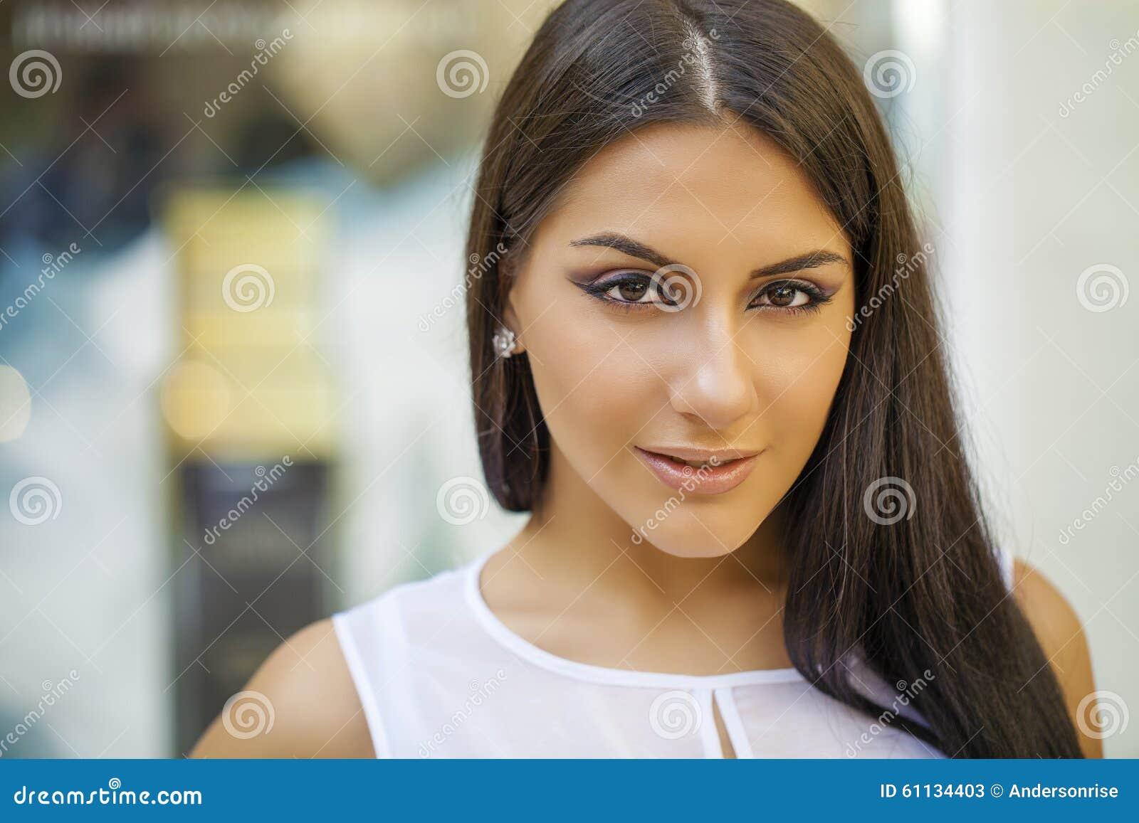 Stile orientale Modello arabo sensuale della donna Bella pelle pulita