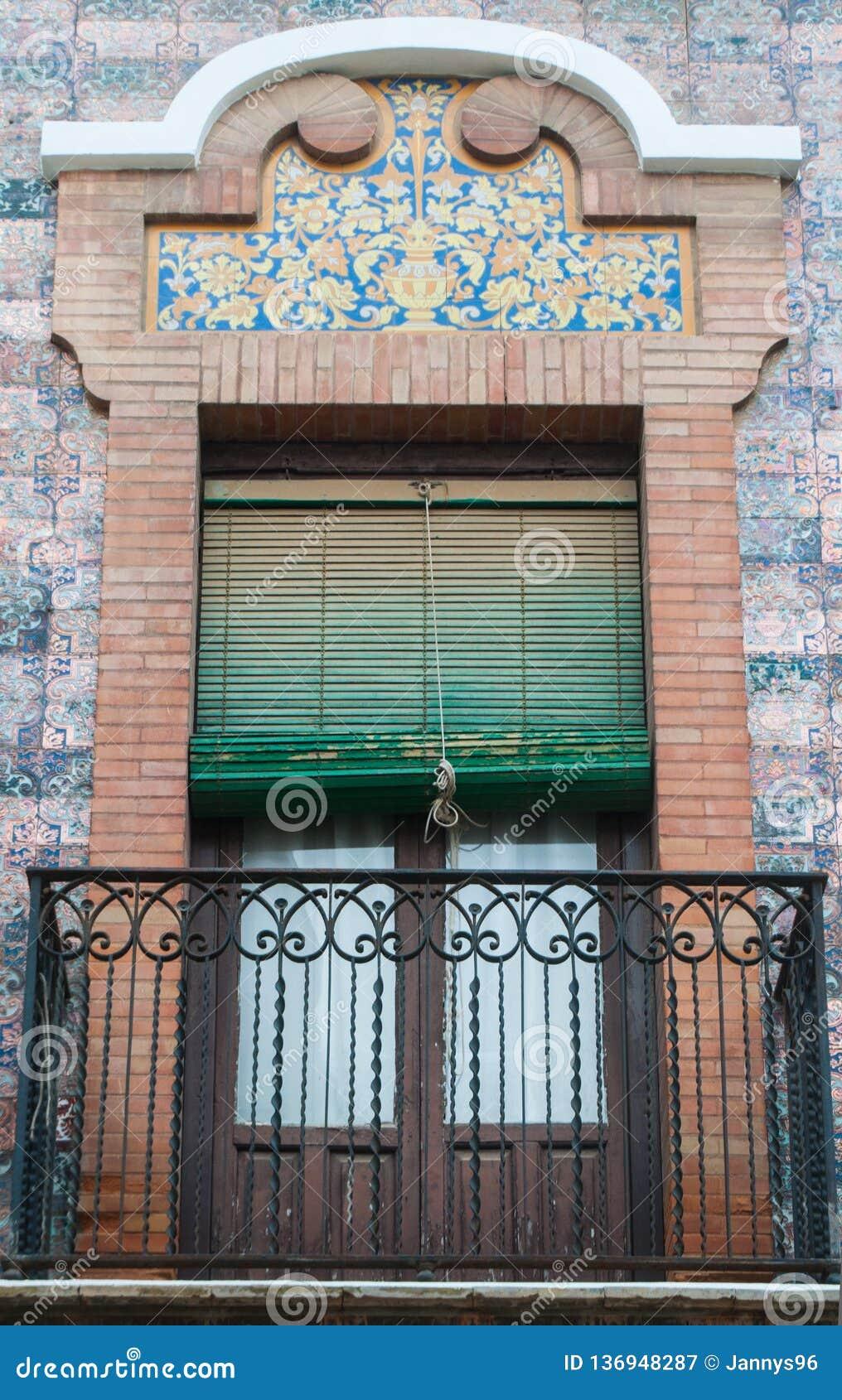 Stile spagnolo tradizionale della finestra e del balcone dell ornamento del mattone con la decorazione dello stucco