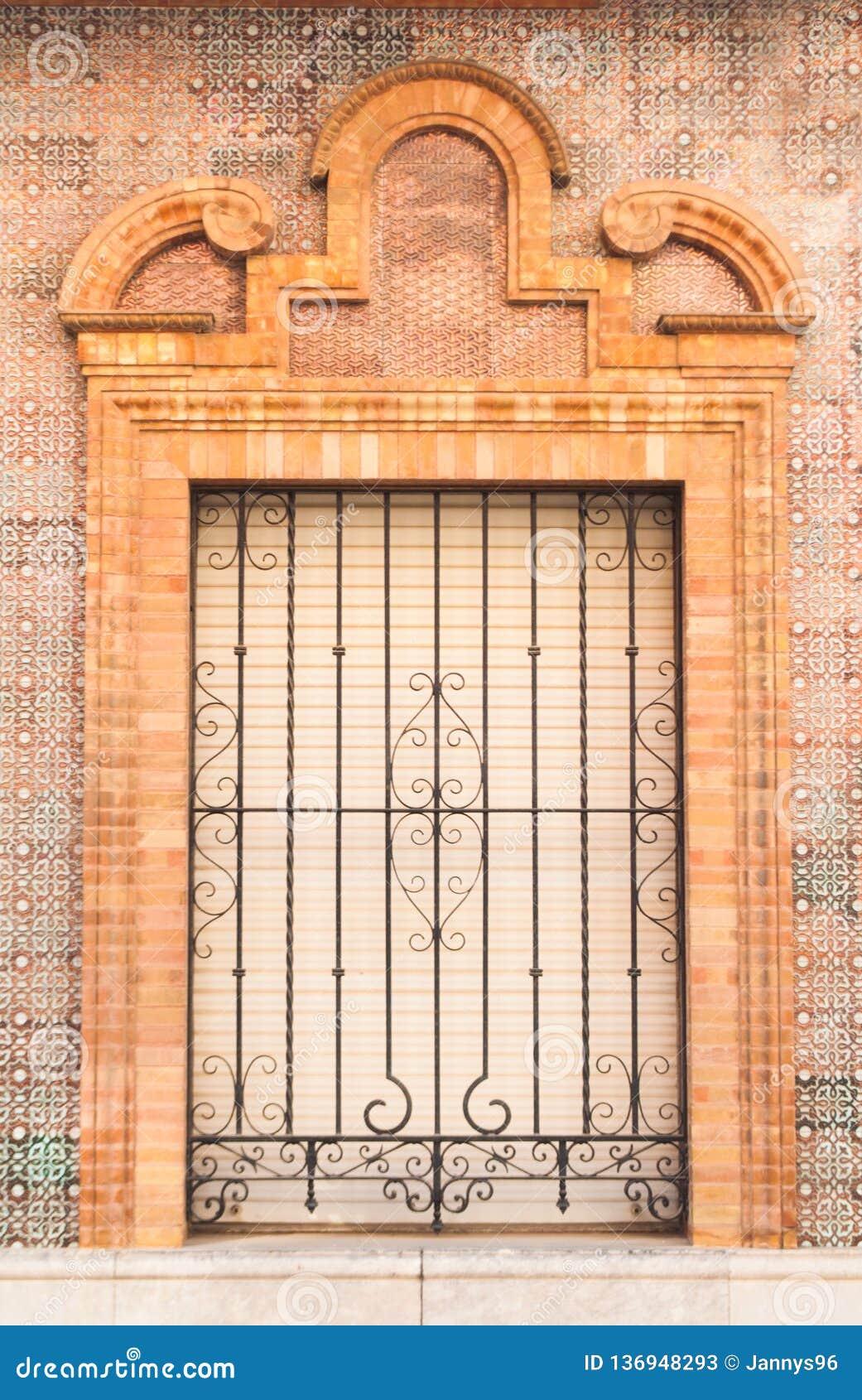Stile spagnolo tradizionale della finestra e del balcone dell ornamento pastello del mattone con la decorazione dello stucco
