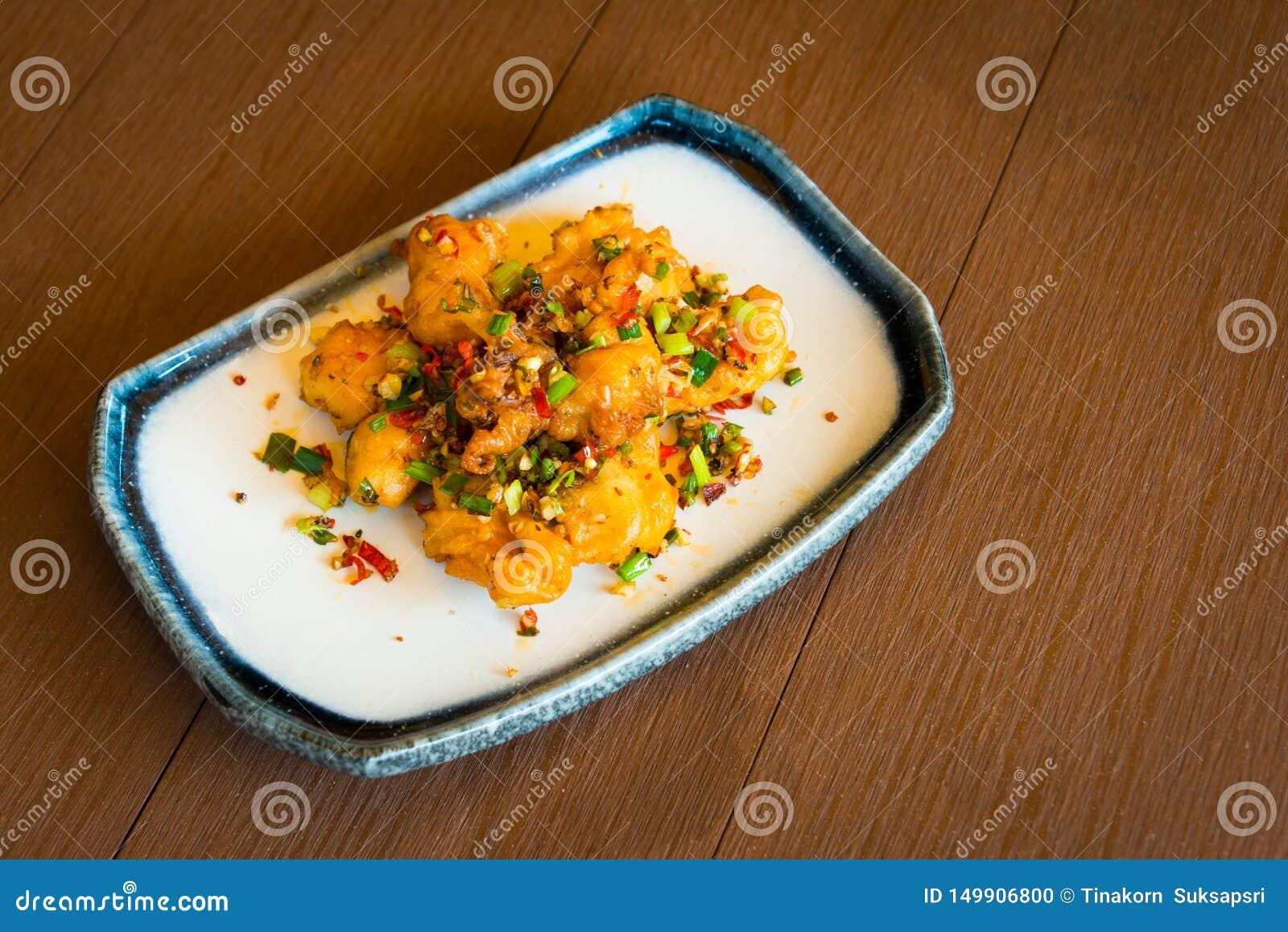 Stile tailandese caldo e piccante del calamaro fritto dell alimento