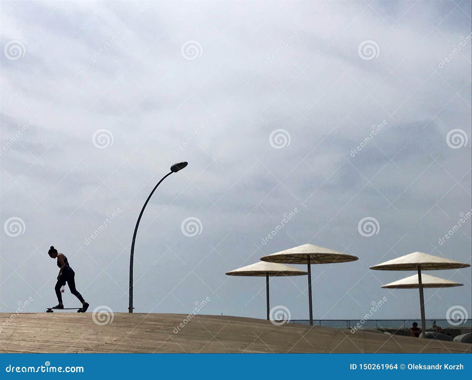 Stilfull dagdrivare i gul sand till solen sunbed på stranden