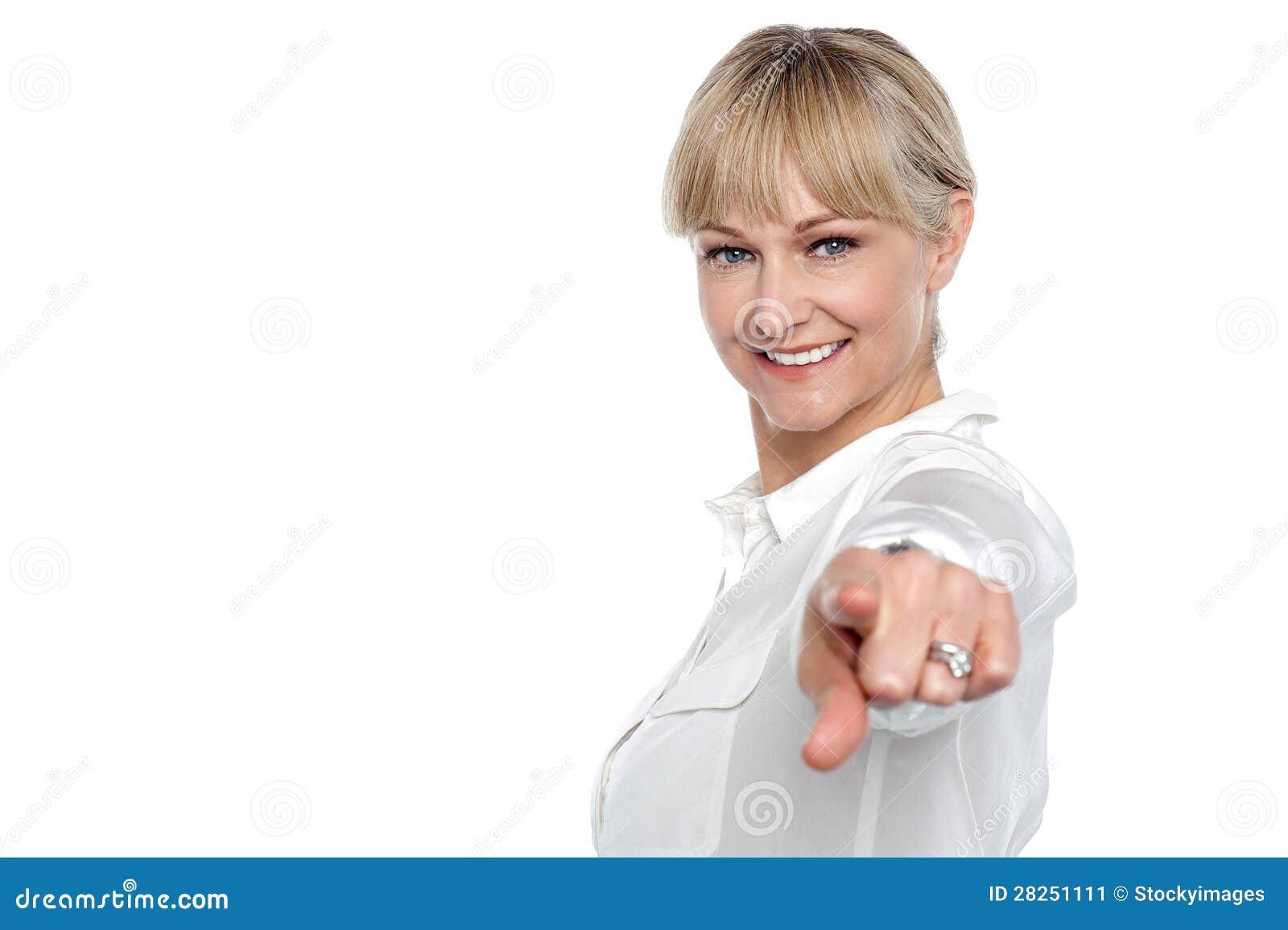 Stilfull företags kvinna som pekar på dig