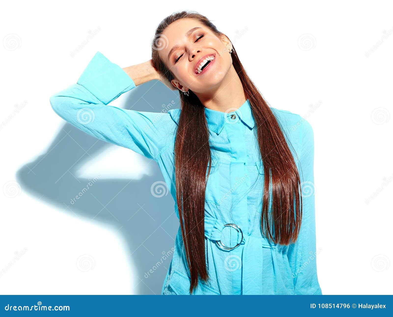 Stilfull härlig brunettkvinnamodell som poserar i studio