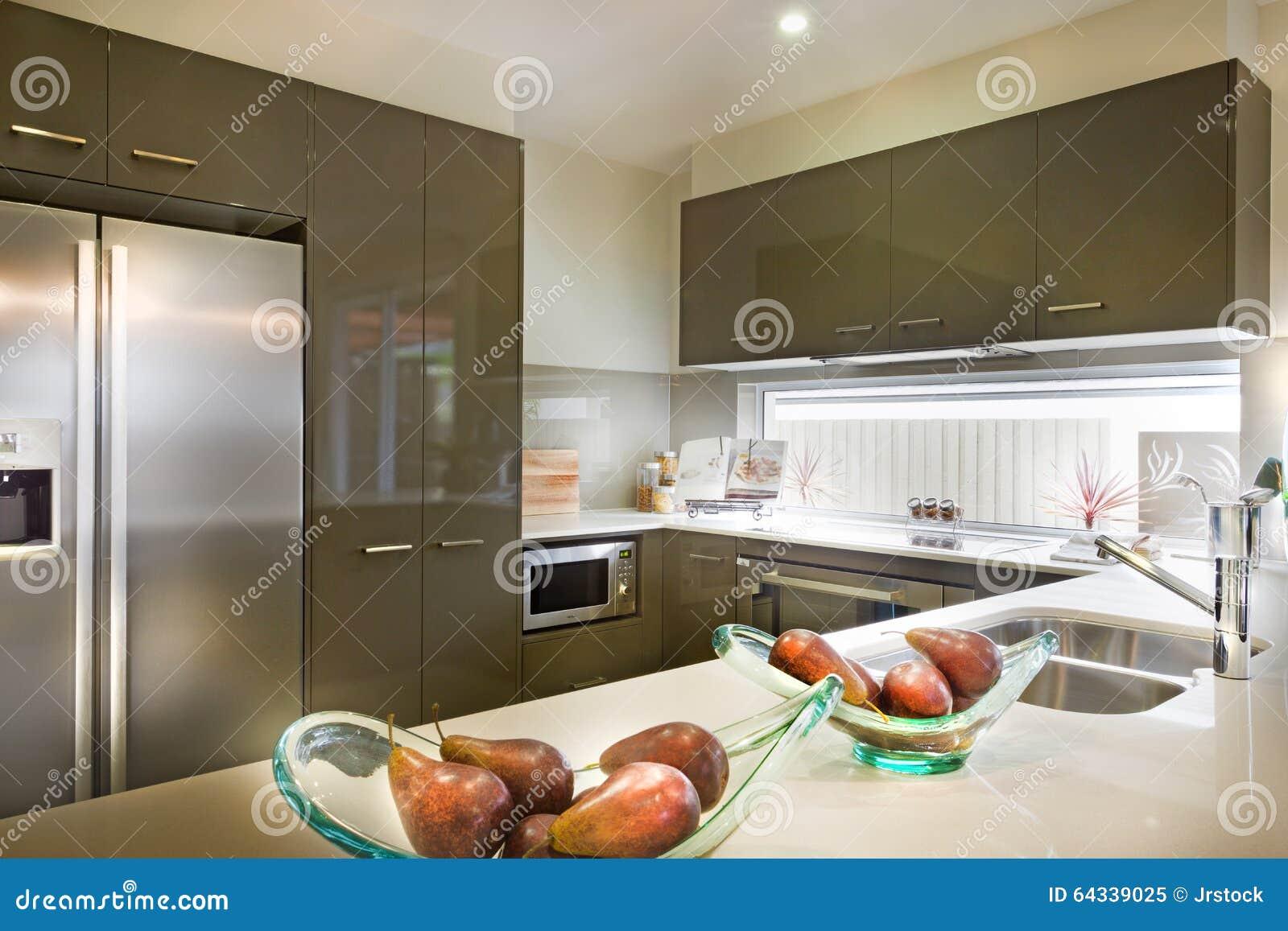 Stilfull och modern bild av ett kök med mat som förläggas på shel