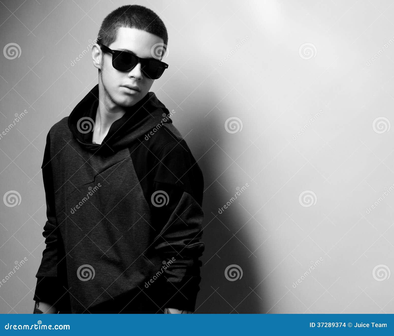 Stilfull stående för ung man för mode
