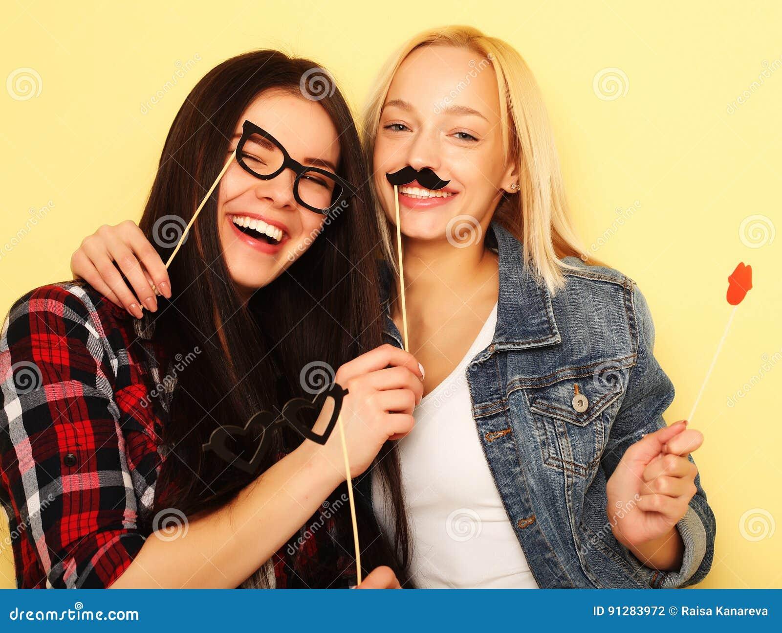 Stilfulla sexiga hipsterflickabästa vän som är klara för parti Över ye