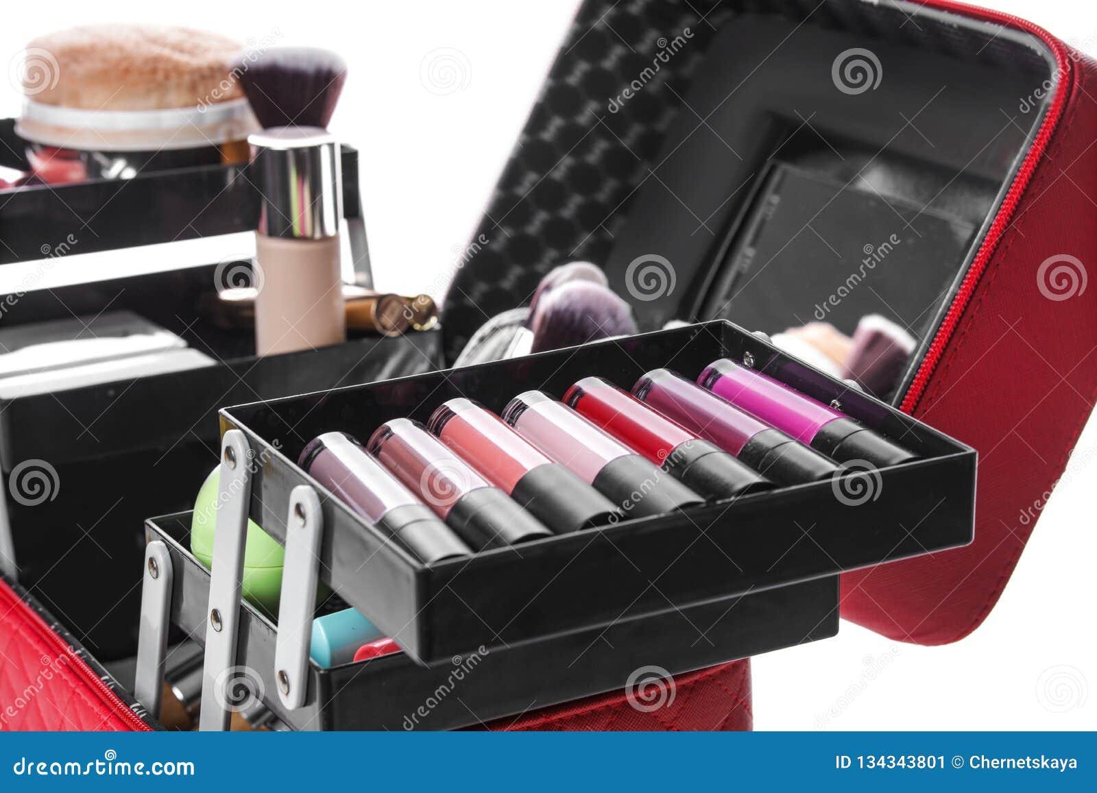 Stilfullt fall med makeupprodukter och skönhettillbehör på vit bakgrund