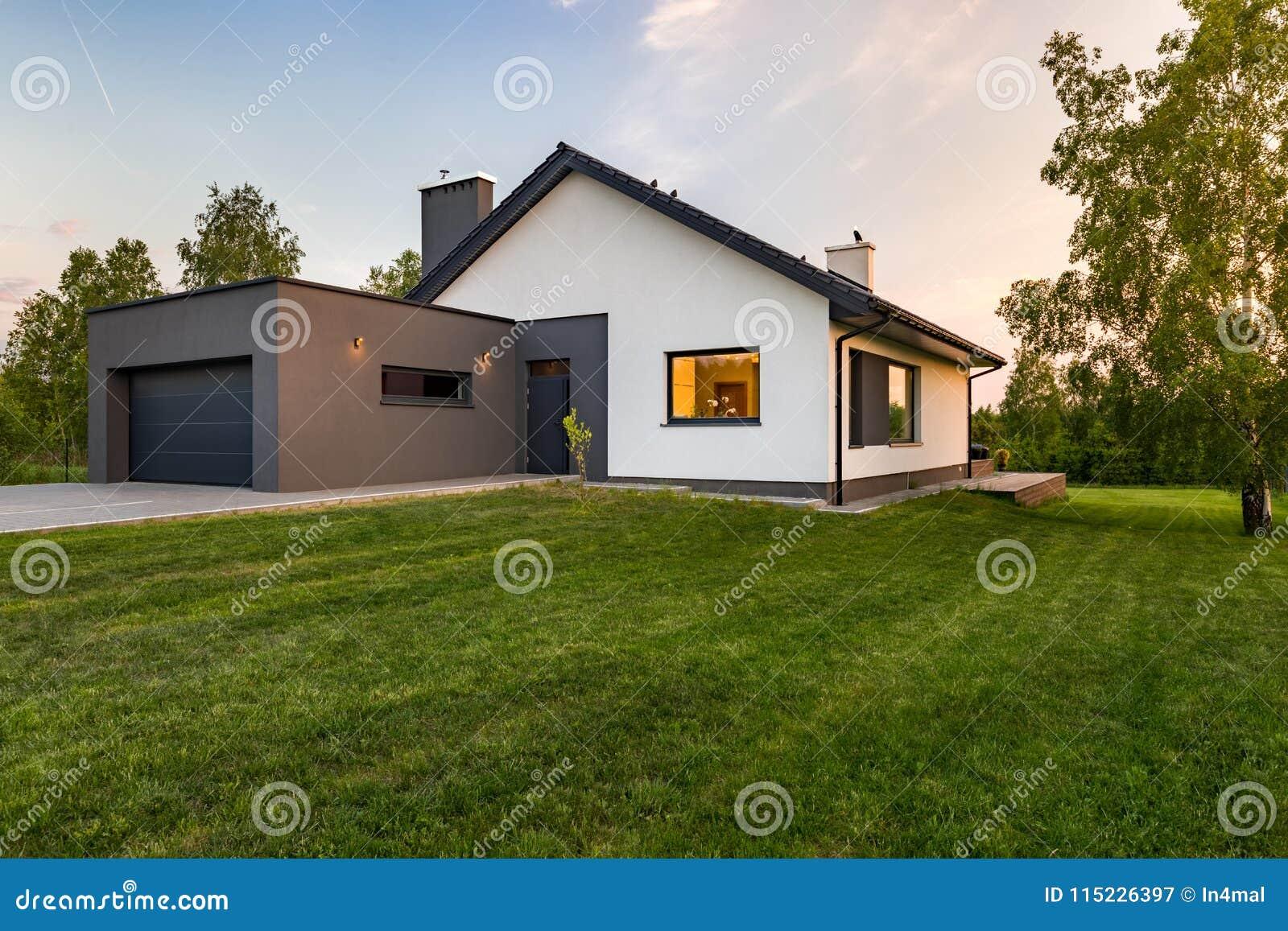 Stilfullt hus med stor gräsmatta