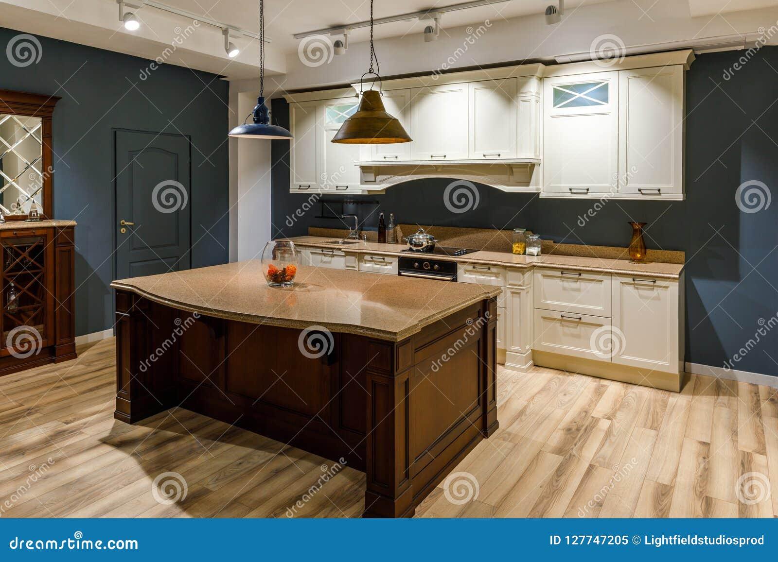Stilfullt kök med den eleganta träräknaren och vita kabinetter