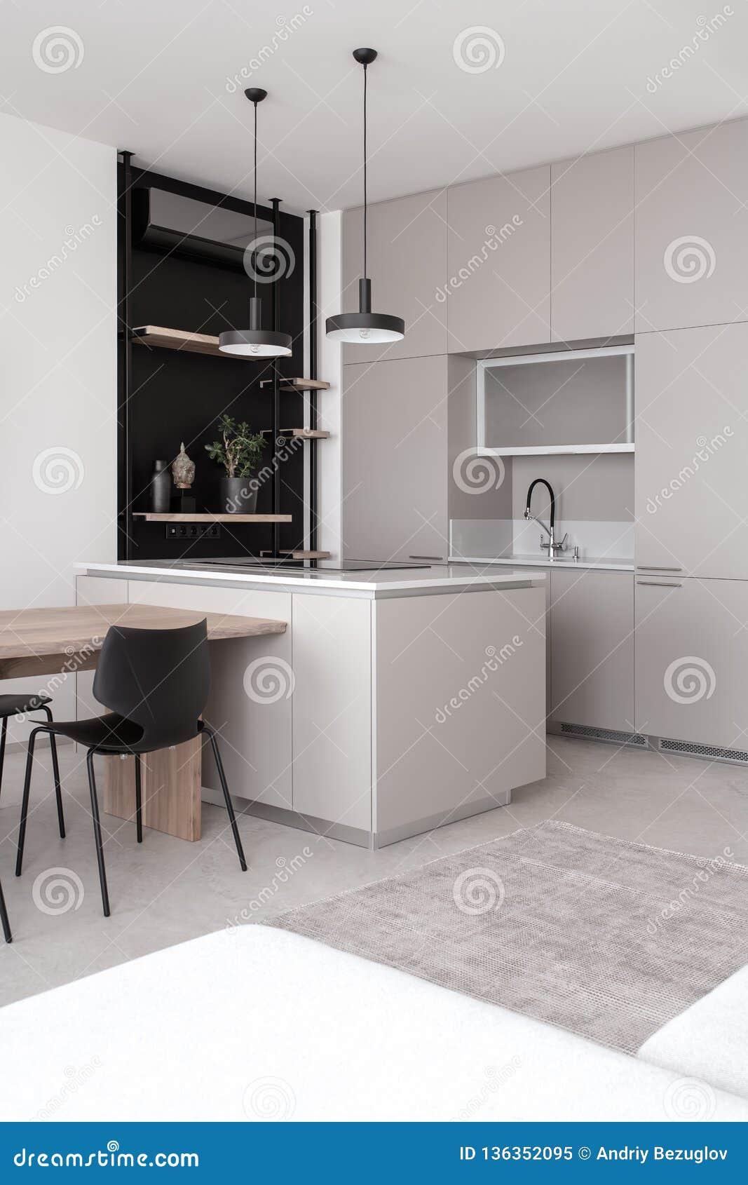Stilfullt modernt kök med ljusa väggar och det gråa golvet