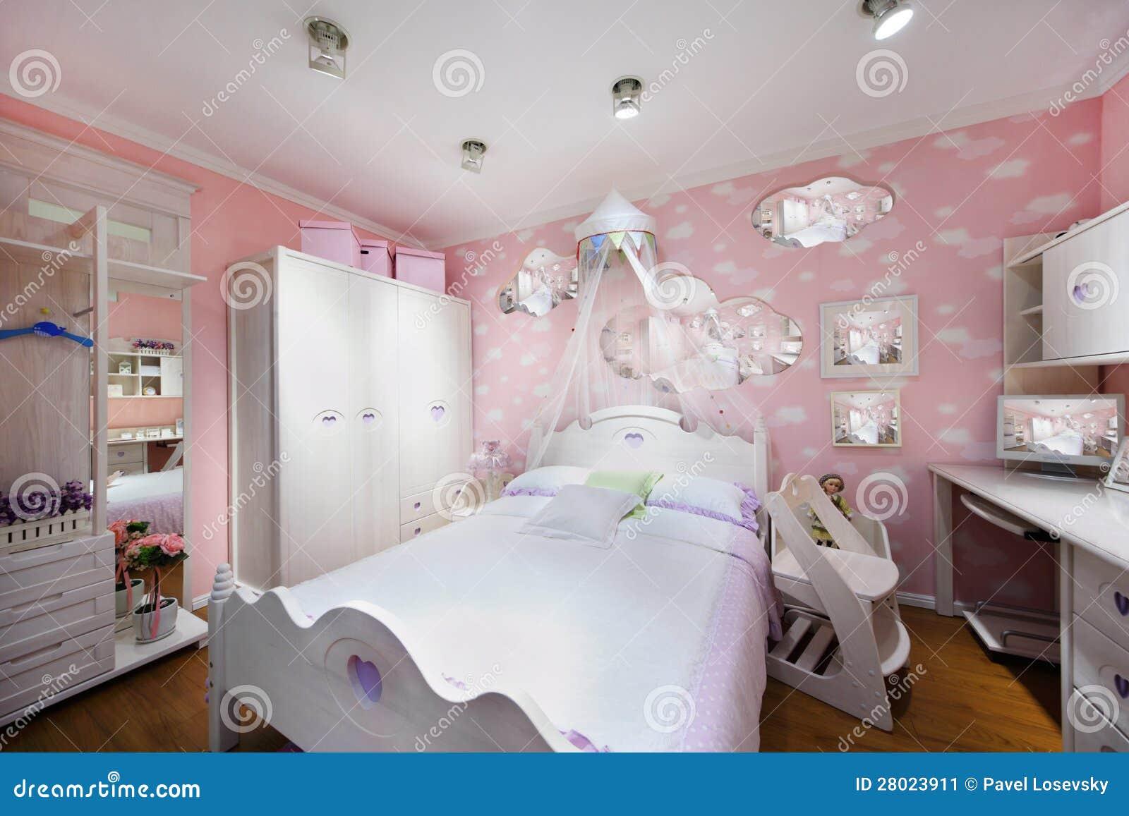 Stilfullt rosa sovrum för flicka med den vita garderoben, det stora ...