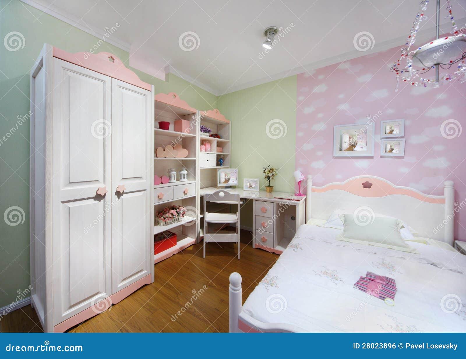 Stilfullt rosa sovrum med den vita garderoben, det stora underlaget ...