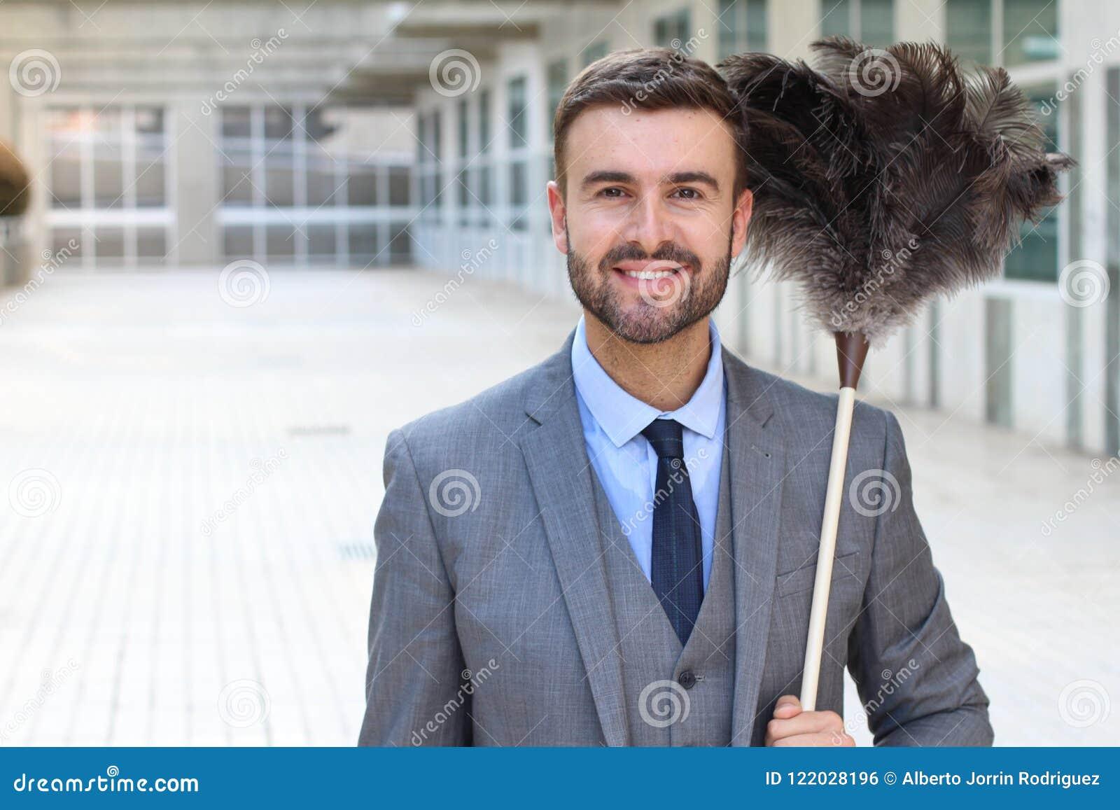 Stilig affärsman som rymmer en fjäderdammtrasa