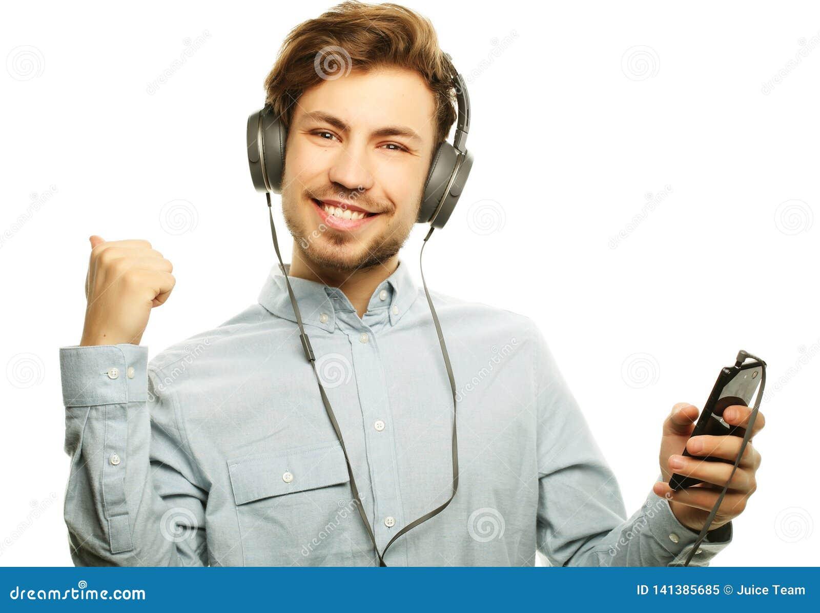 Stilig bärande hörlurar för ung man och lyssna till musik
