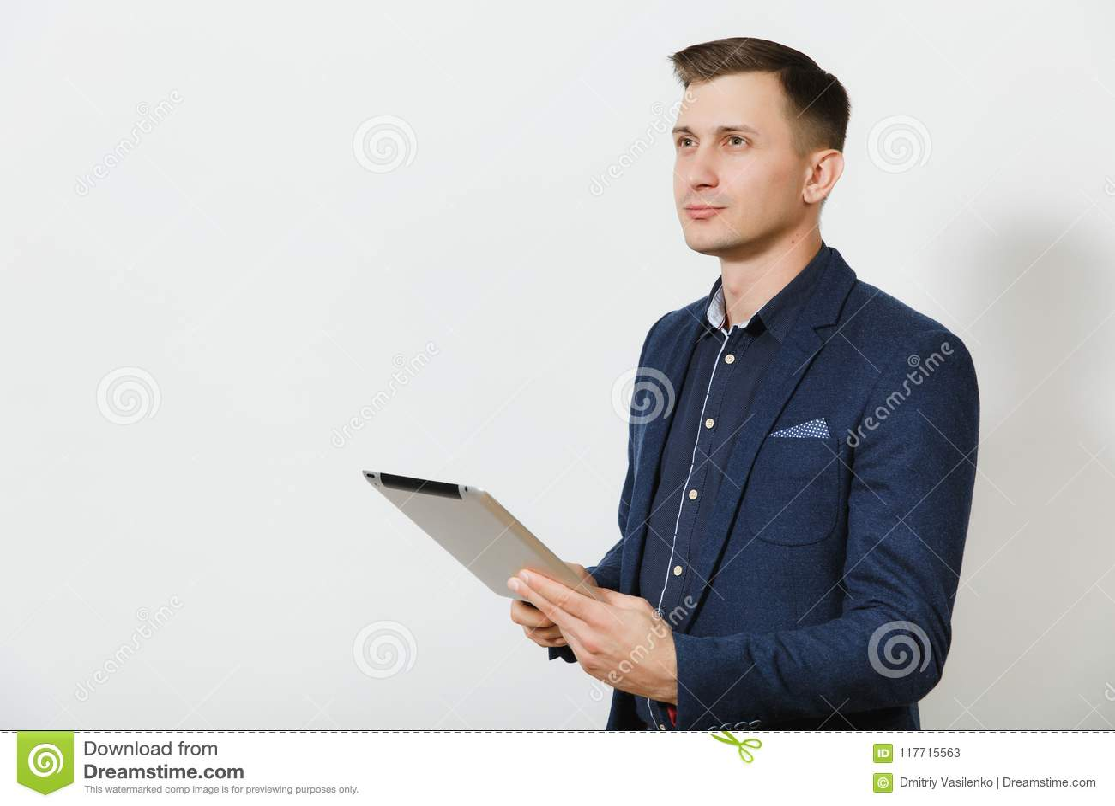 Stilig caucasian ung affärsman som isoleras på vit bakgrund Chef arbetare Kopieringsutrymme för annonsering
