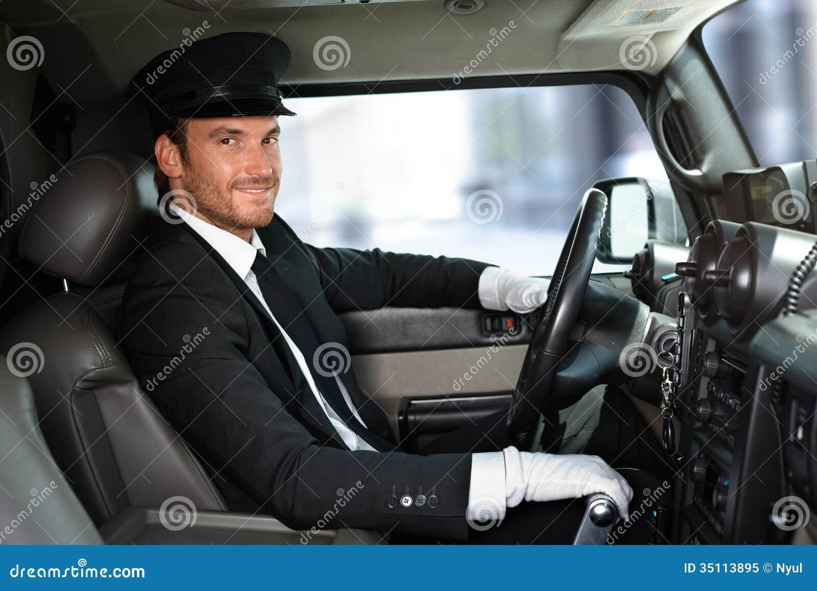 Stilig chaufför som kör att le för limousine