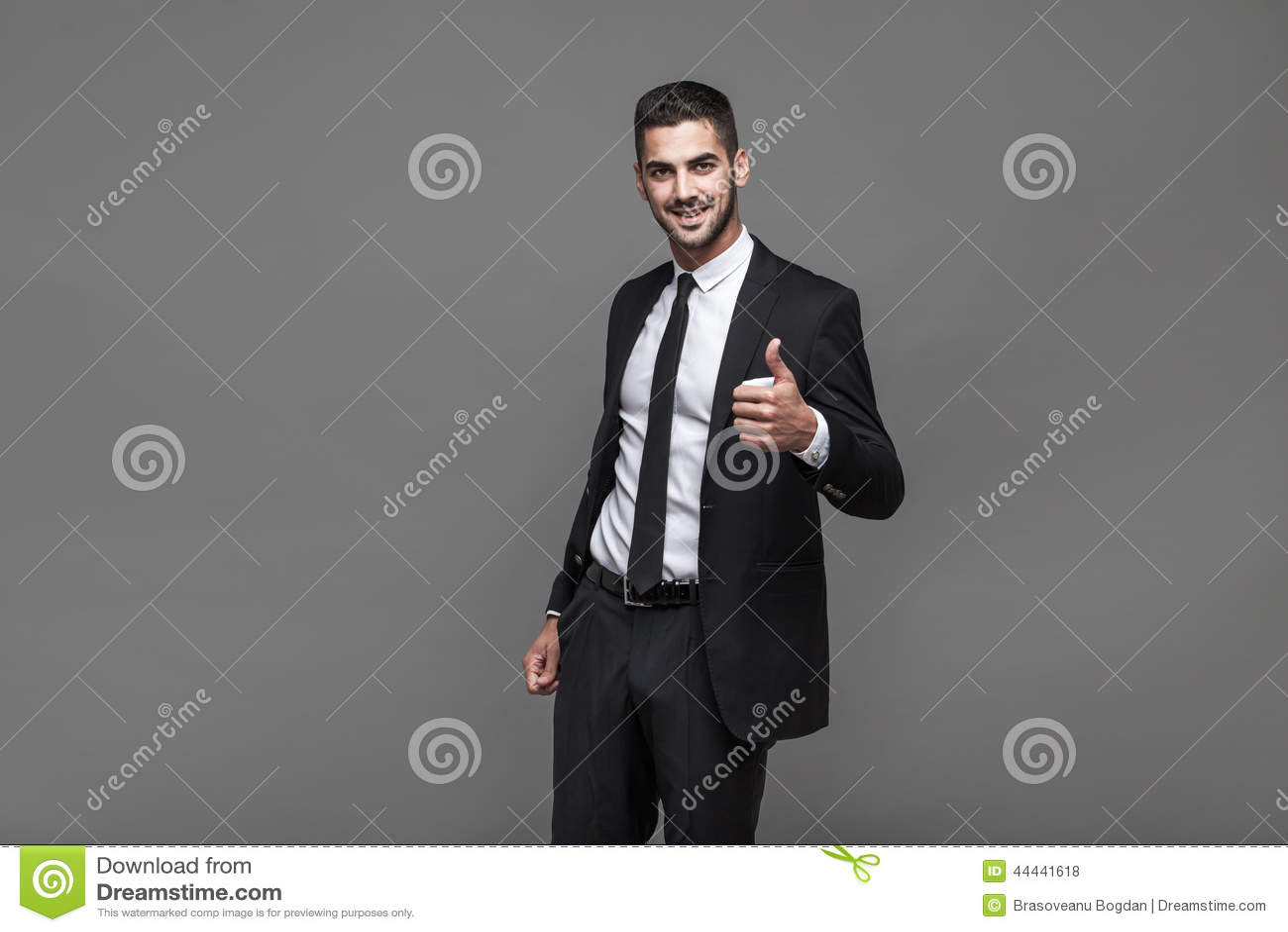 Stilig elegant man på grå bakgrund