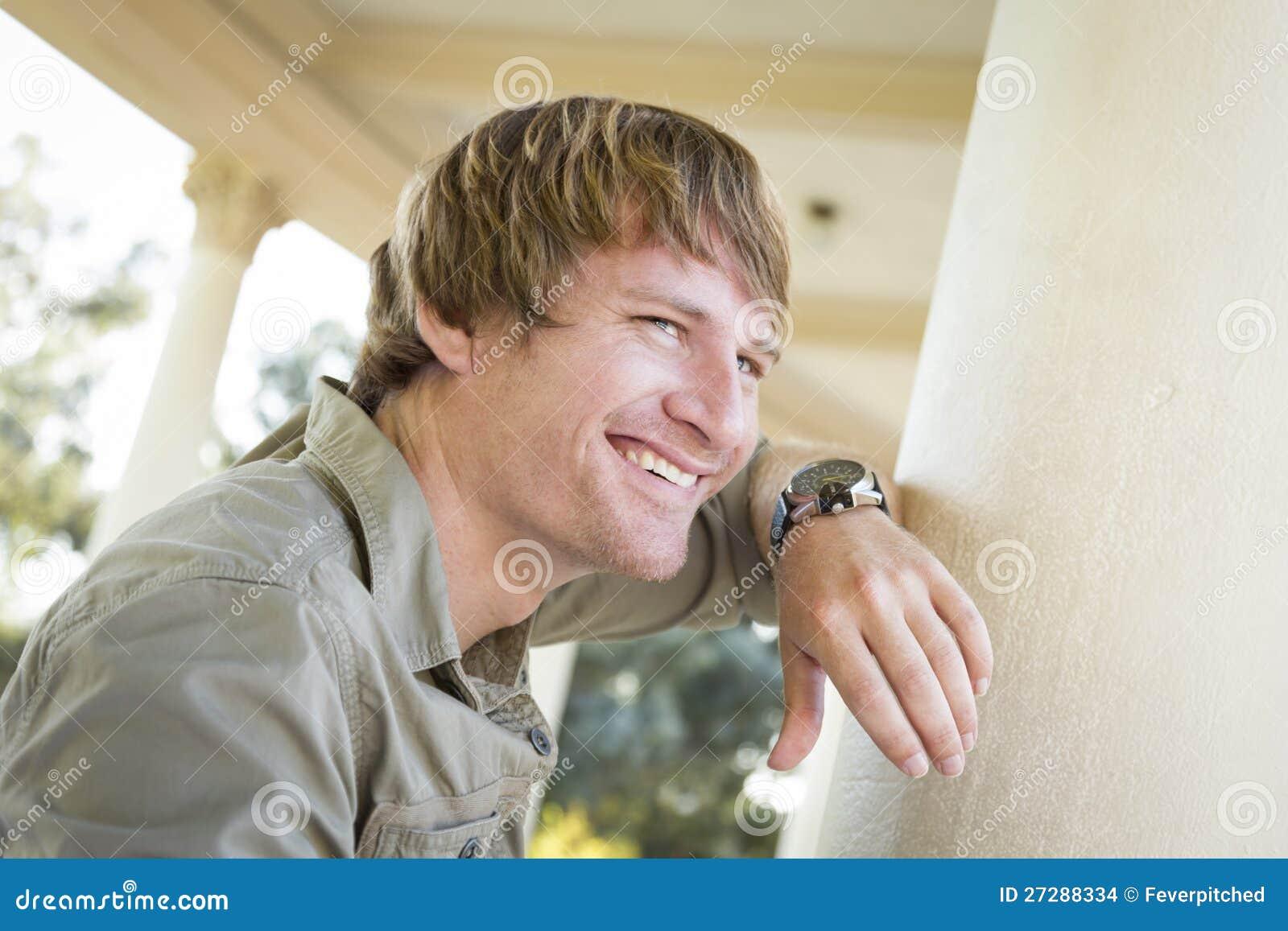 Stilig le stående för ung man utanför