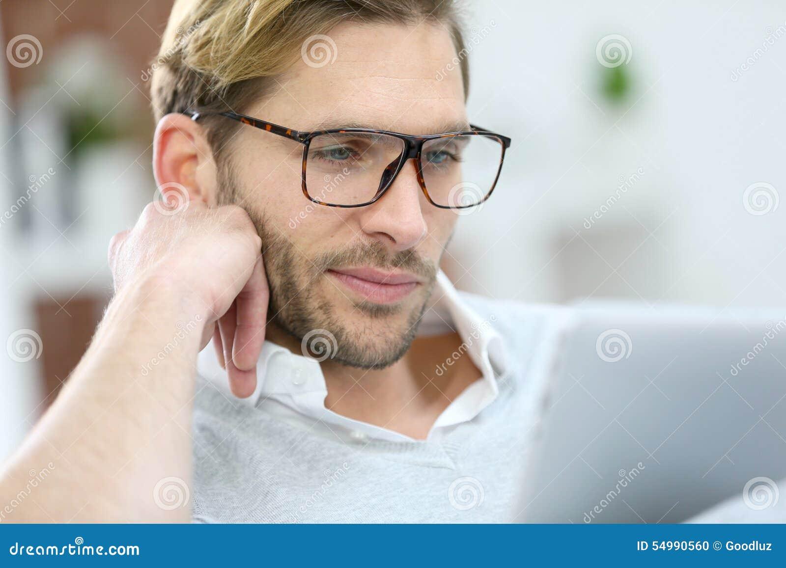 Stilig man med glasögon och minnestavlan