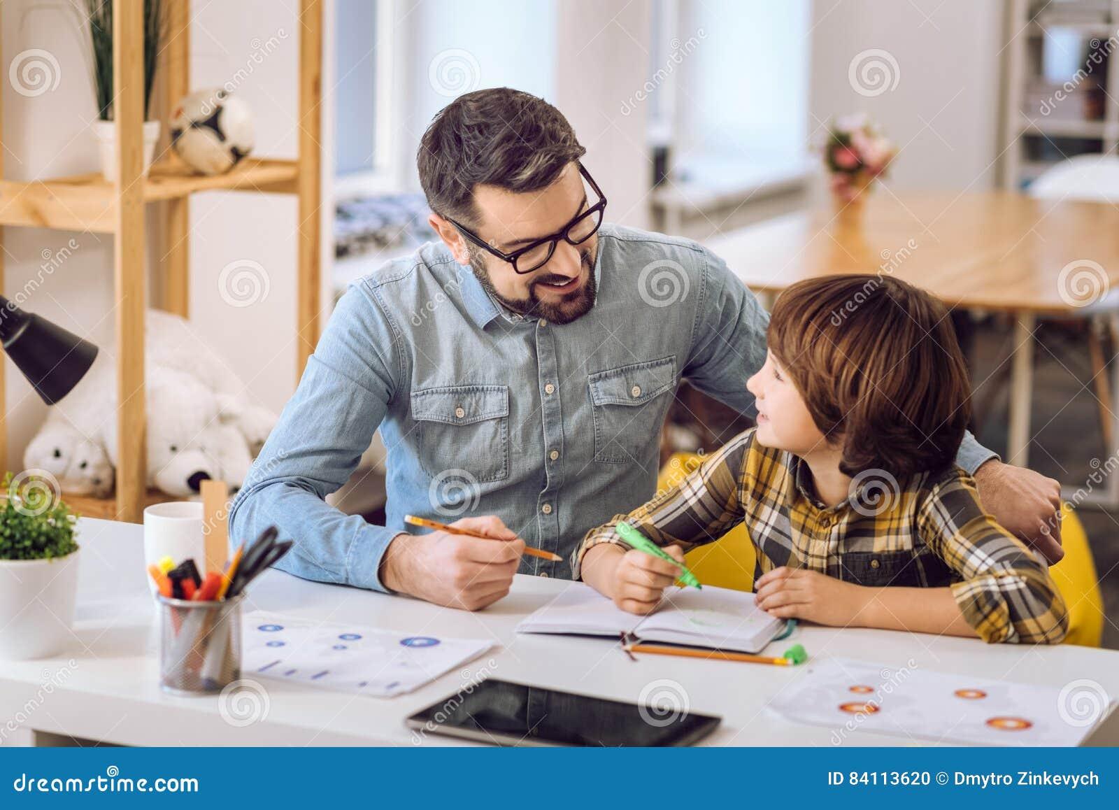 Stilig man som gör uppgifter med hans son